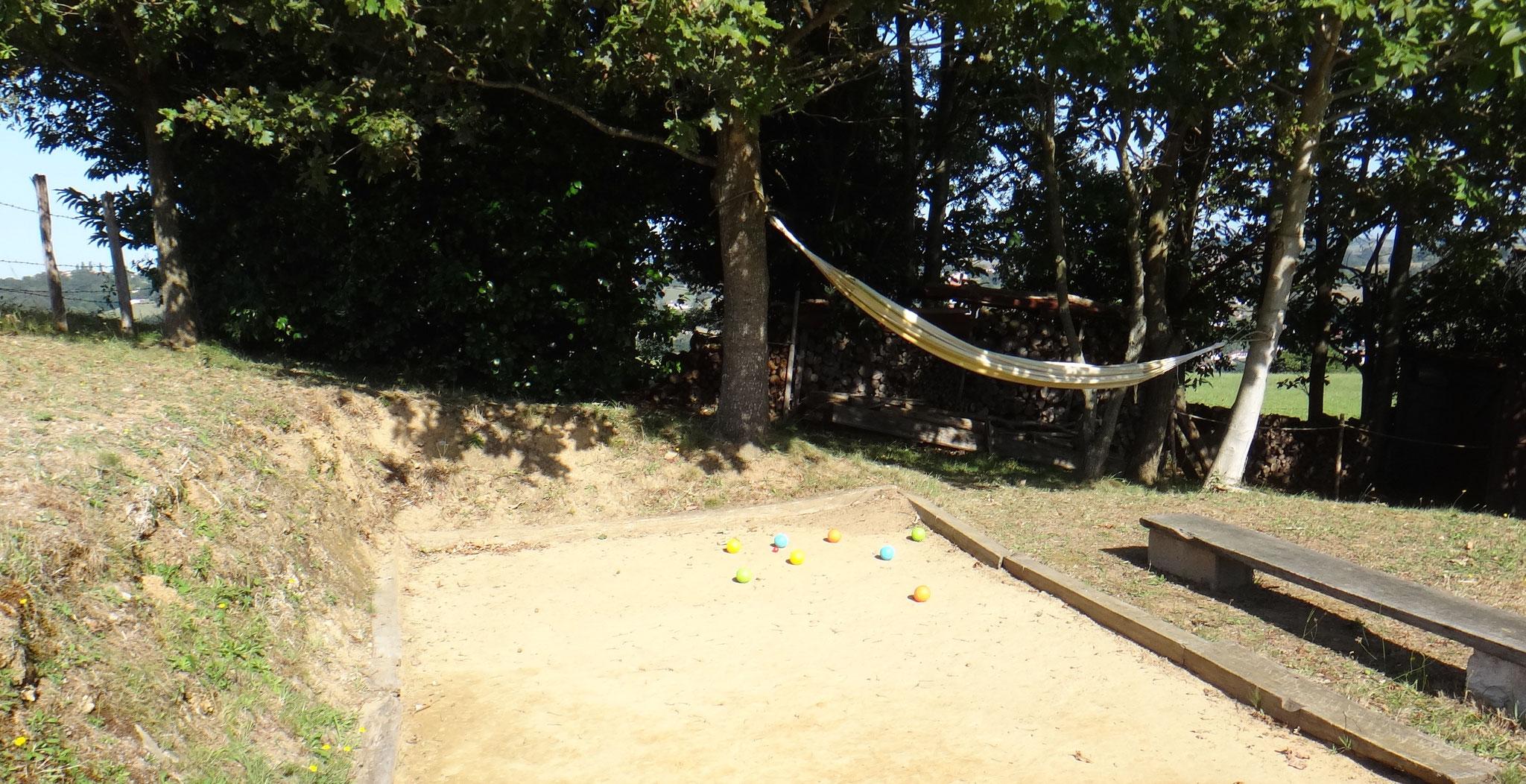 hamac pour la sieste et jeux de boule pour enfants (fourni)