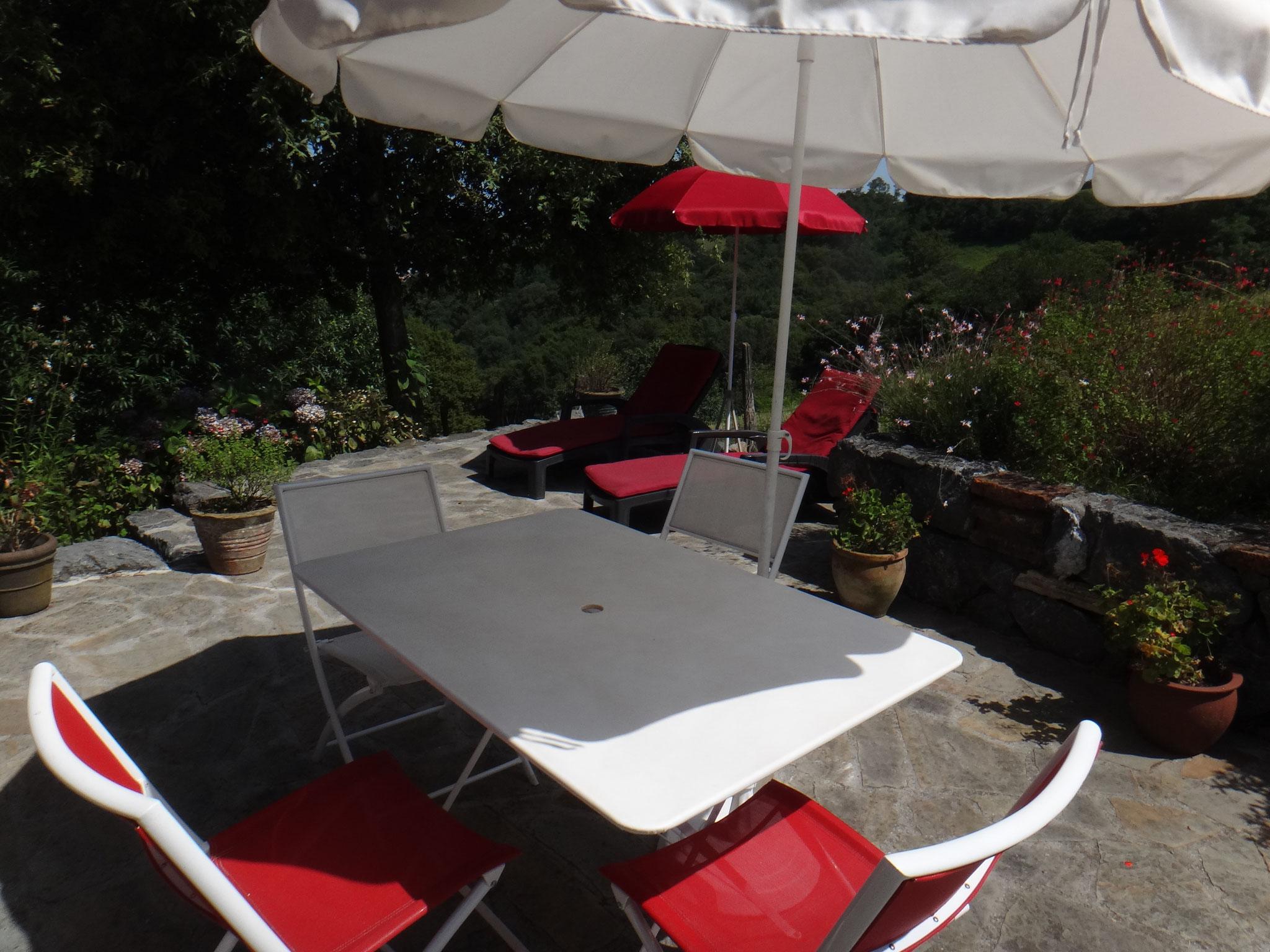 Table pour les repas sur la terrasse