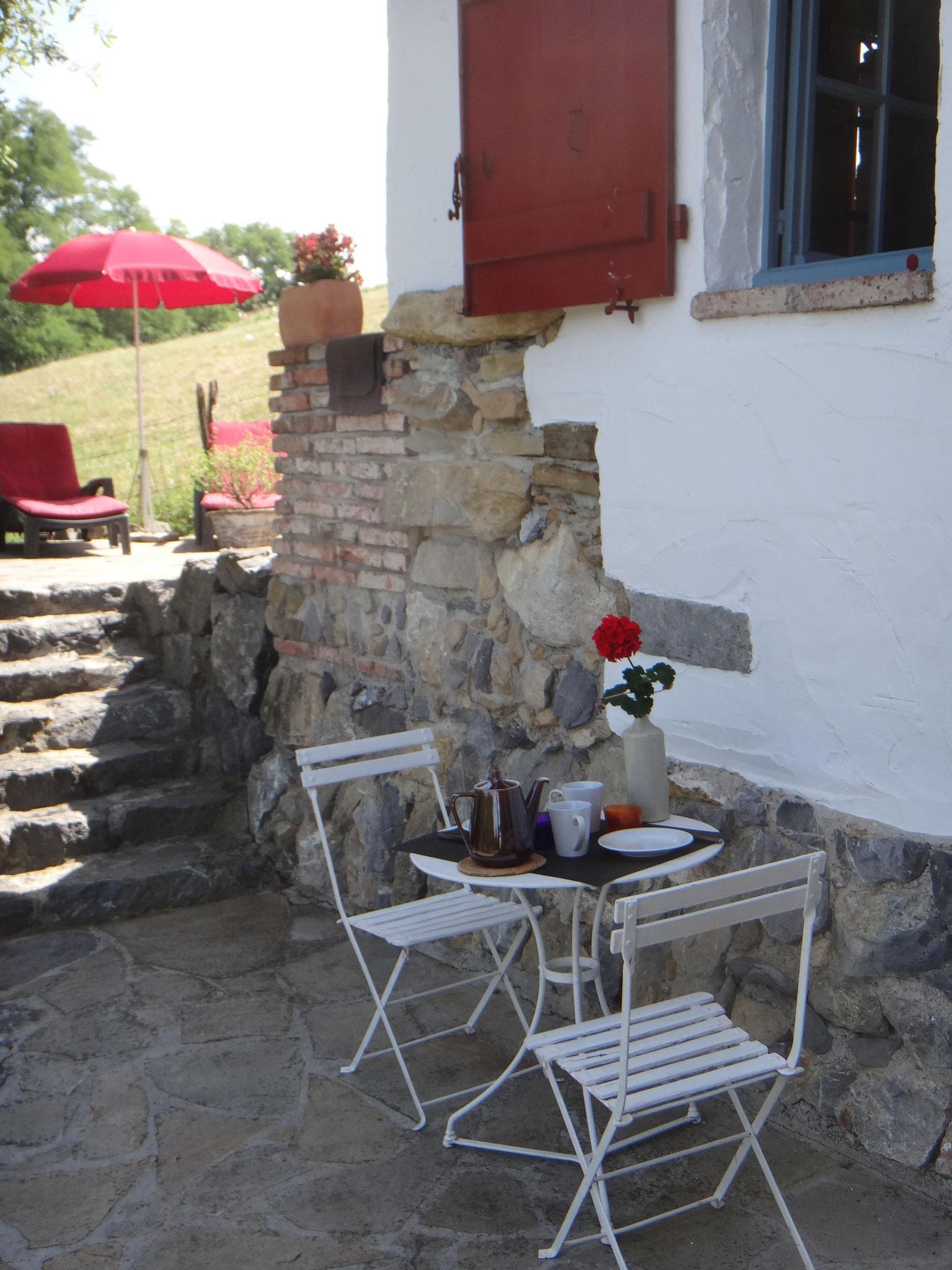 petite table pour les petits déjeuner en amoureux sur cette 2e terrasse