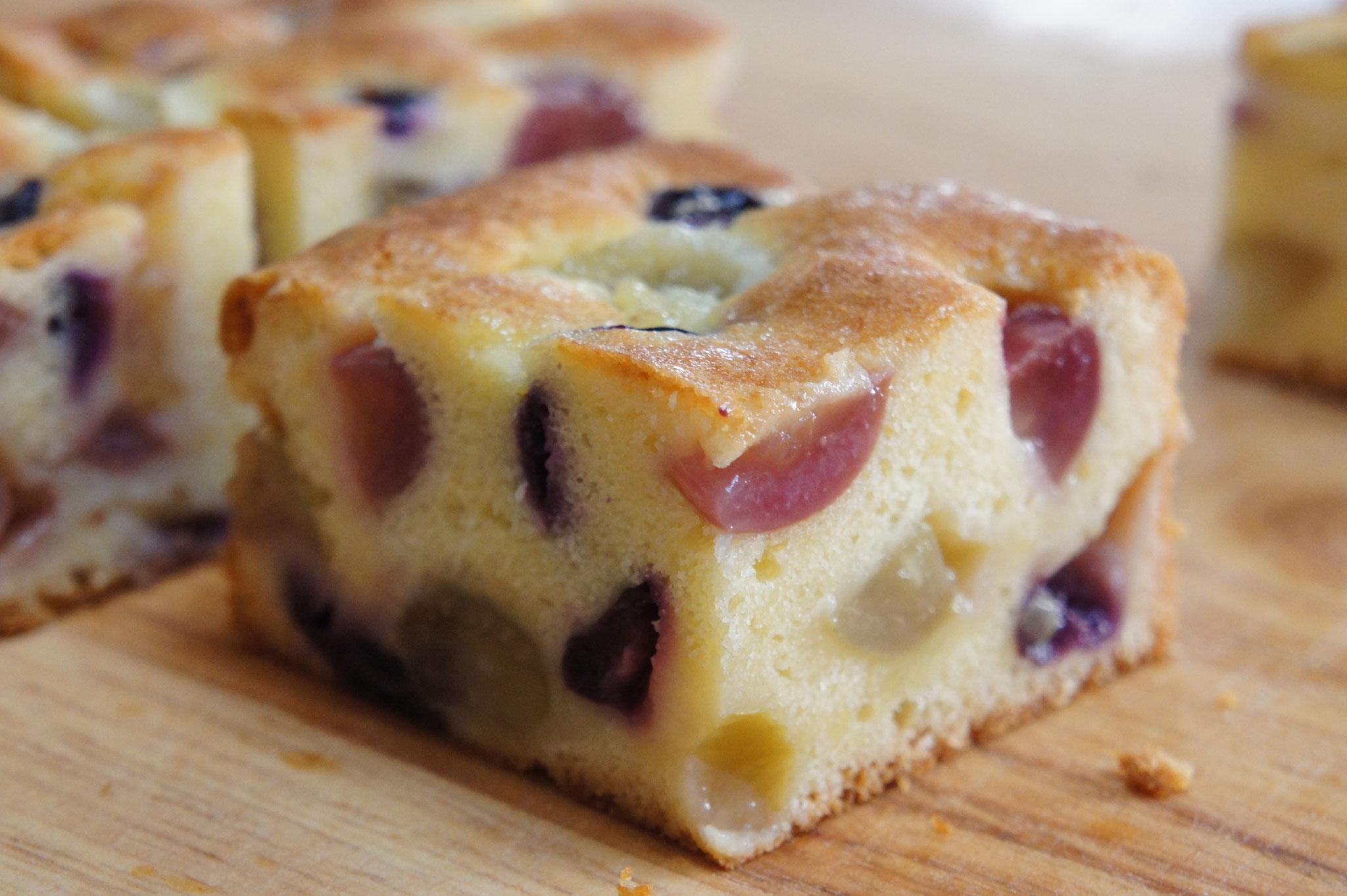 一種または数種の葡萄をたっぷりと入れて焼き上げたフルーティでジューシーなバターケーキ