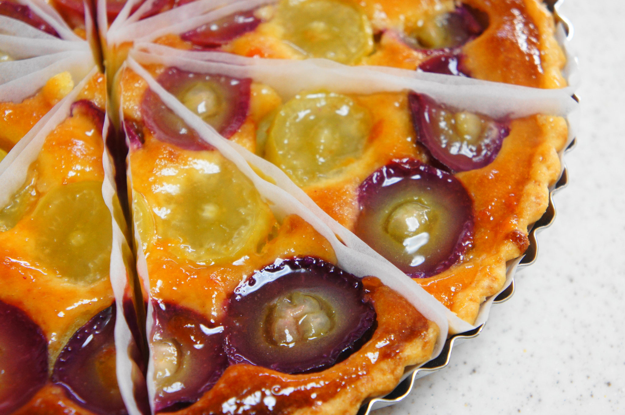 一種または数種の葡萄をアーモンドクリームに詰めて焼き上げたジューシーな「ぶどうのタルト」