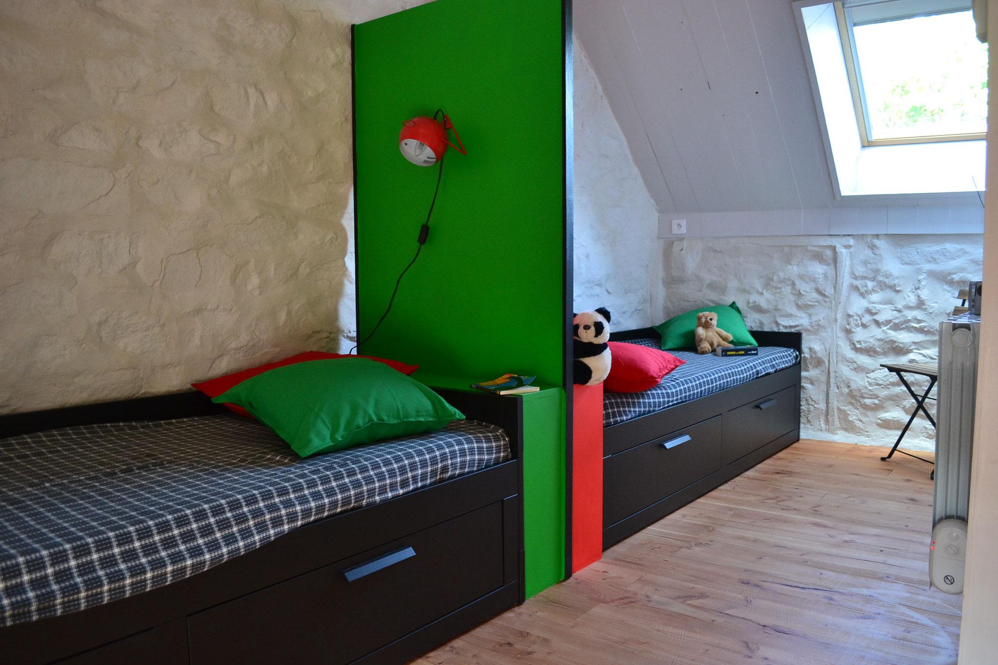 à l'étage : chambre 2 lits, côté vélux