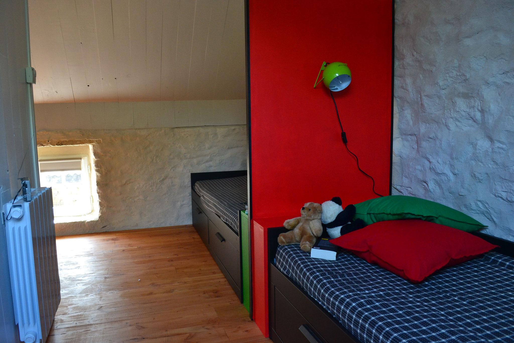 à l'étage : chambre 2 lits, côté fenêtre