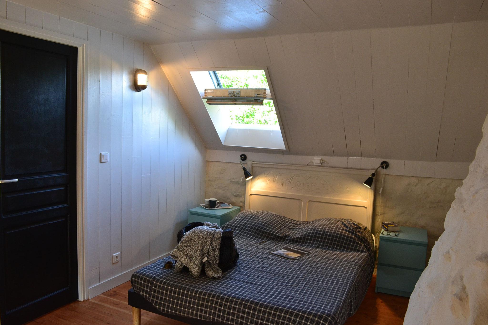 à l'étage, chambre grand lit