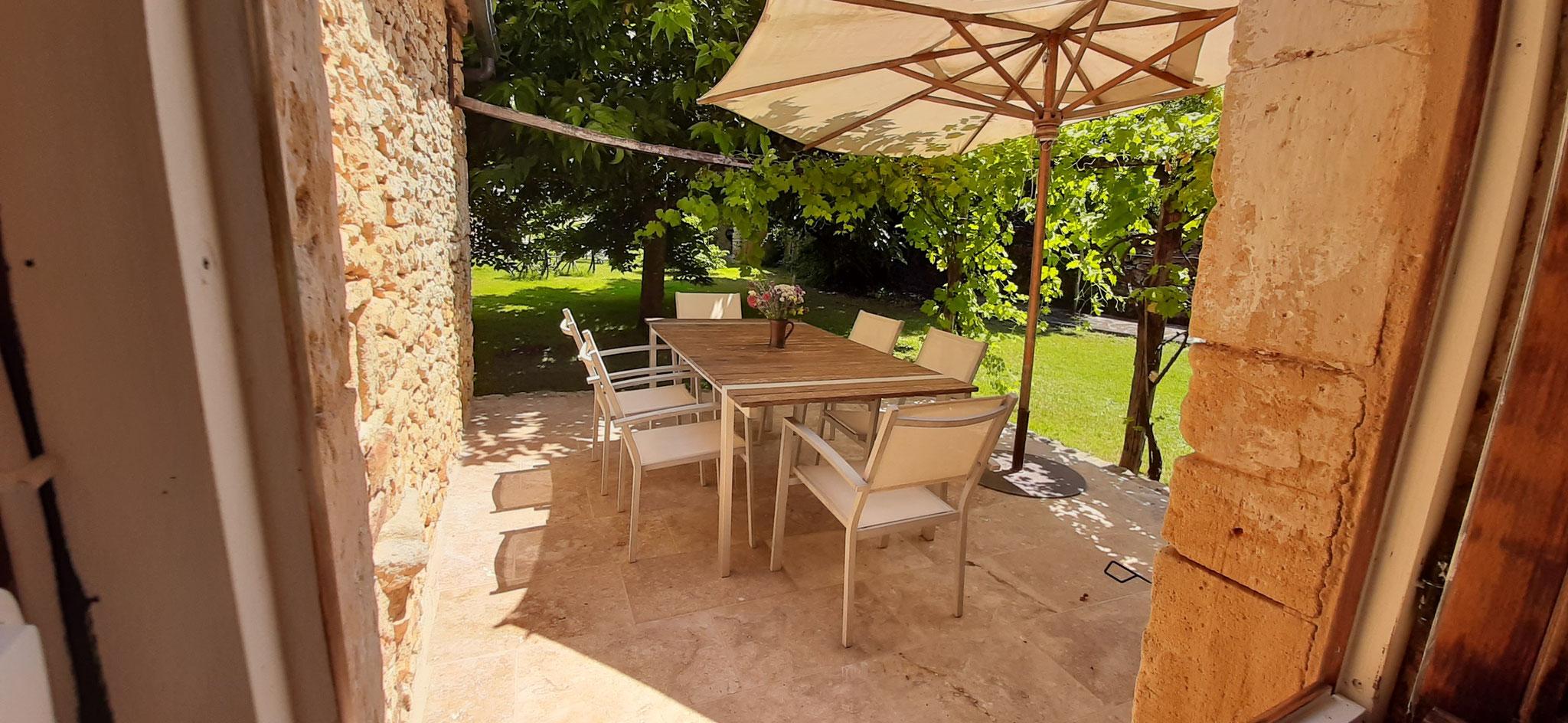 La terrasse de la Maison Castelnaud nouvellement carrelée...