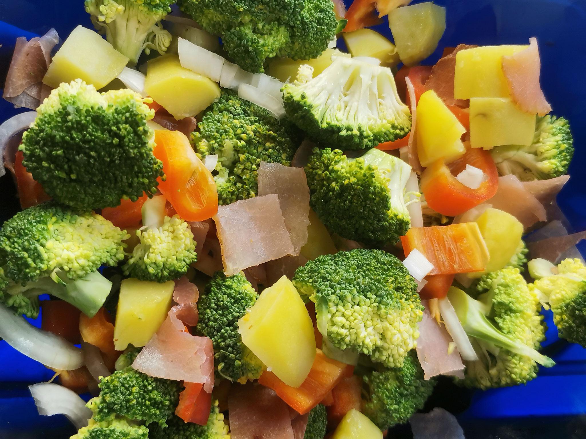 Und wieder: viel frische Gemüse, etwas Lachsschicken, Filoteig und Sahne-Milch-Gemisch