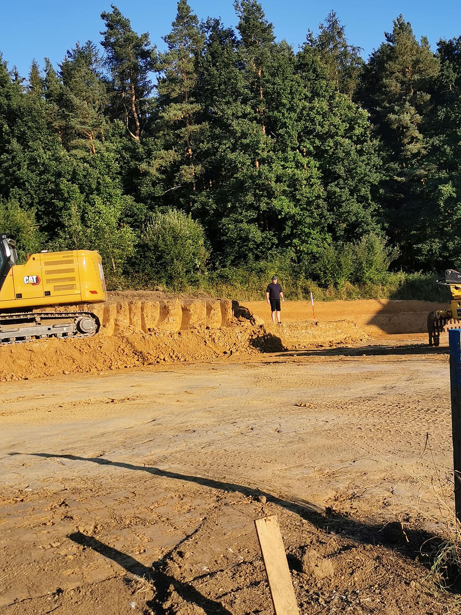 Hier entdecken wir gerade, das der Nachbar einfach von unserem Grundstück abgegraben hat