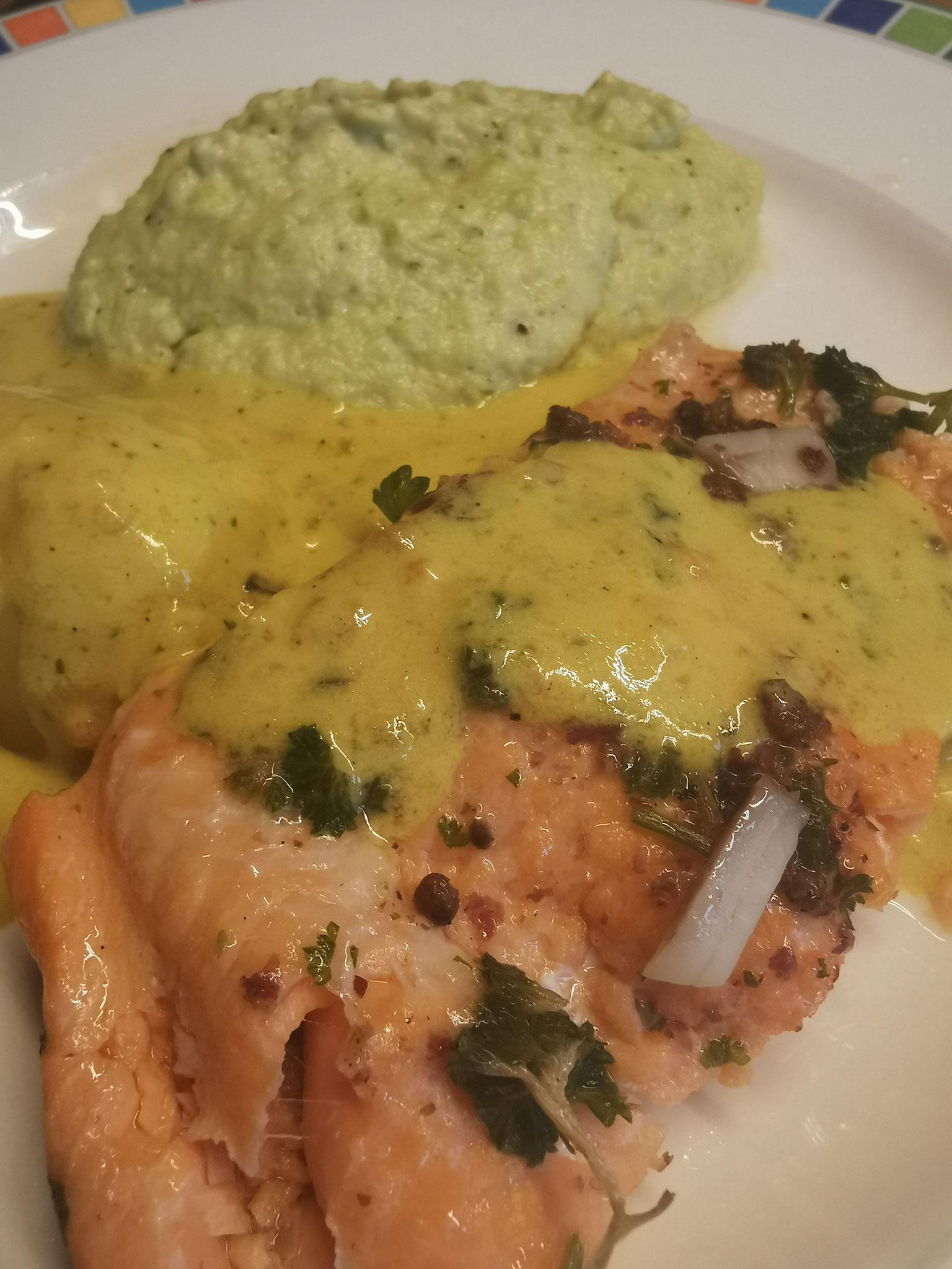 Reis, Fisch, Gemüse und Currysoße ergeben ein tolles Abendessen.