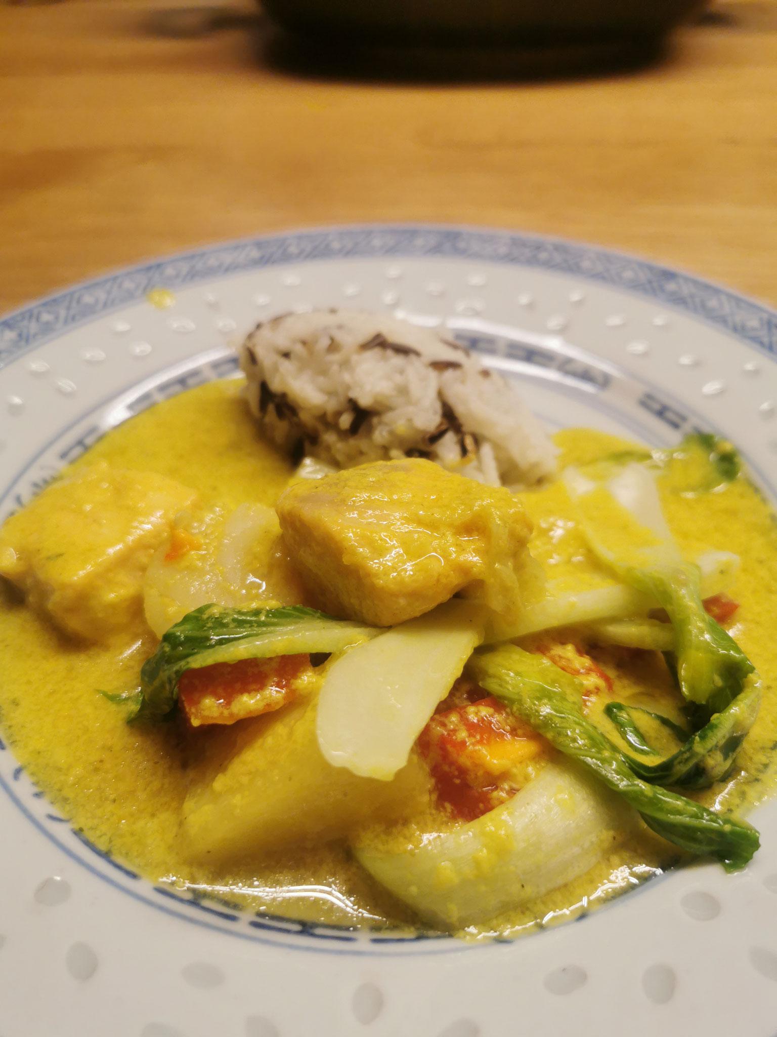 Fisch, Gemüse, Kartoffeln mit einer fruchtigen Kokosnuss-Soße