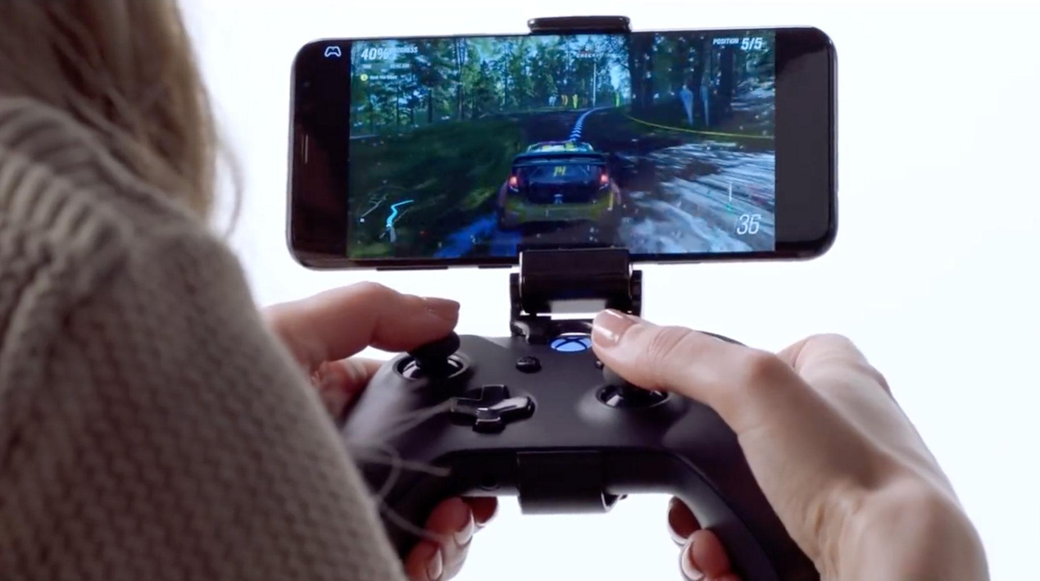 """""""Forza Horizon 4"""" auf dem Smartphone? Kein Problem: """"Project xCloud"""" soll's bald möglich machen. Wer ein klassisches Spielerlebnis haben will, darf sein Handy dafür sogar auf dem Controller montieren."""