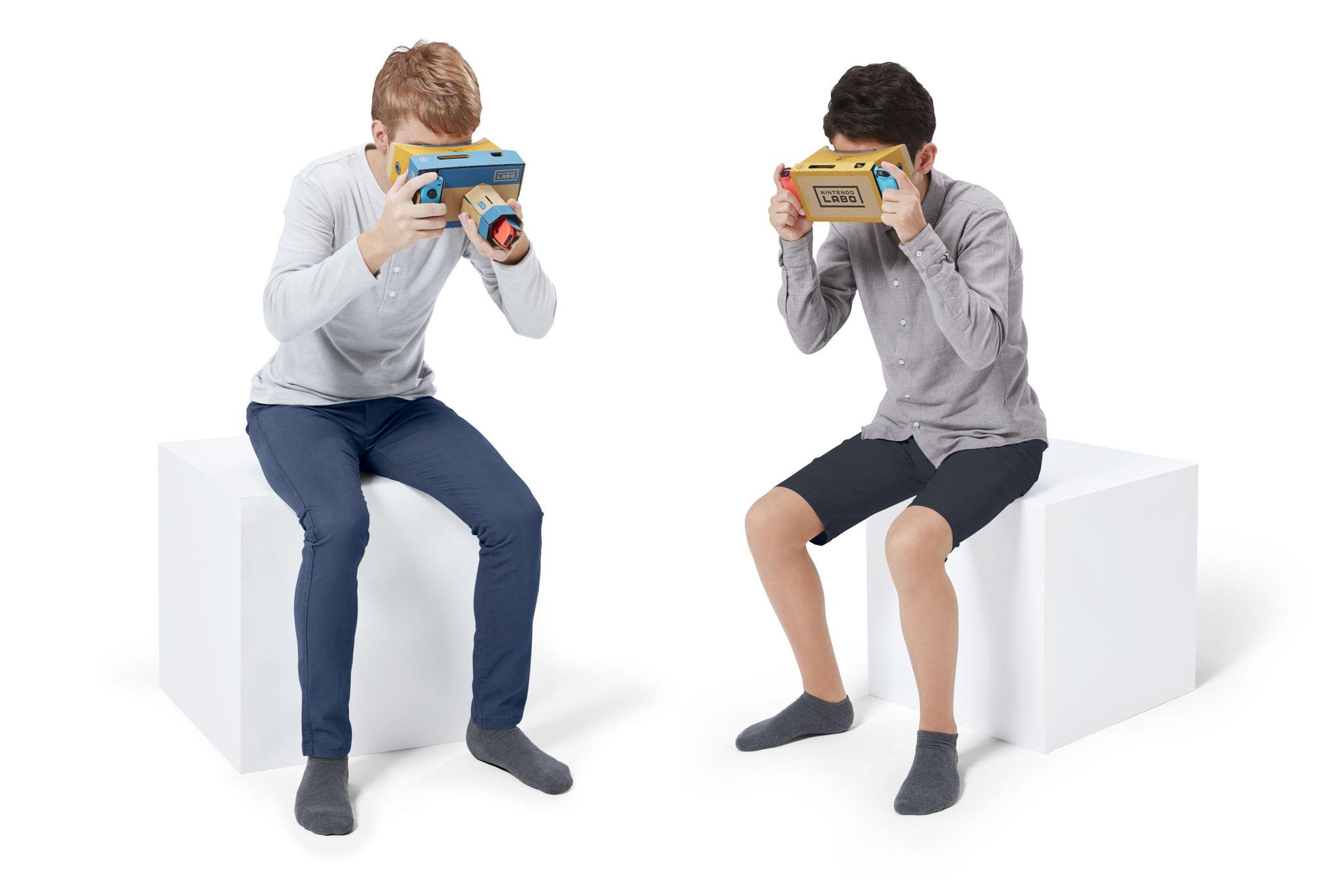 Ob Basis-Headset (rechts) oder VR-Kamera: für den VR-Genuss empfiehlt Nintendo eine sitzende Haltung - das schützt vor Unfällen.