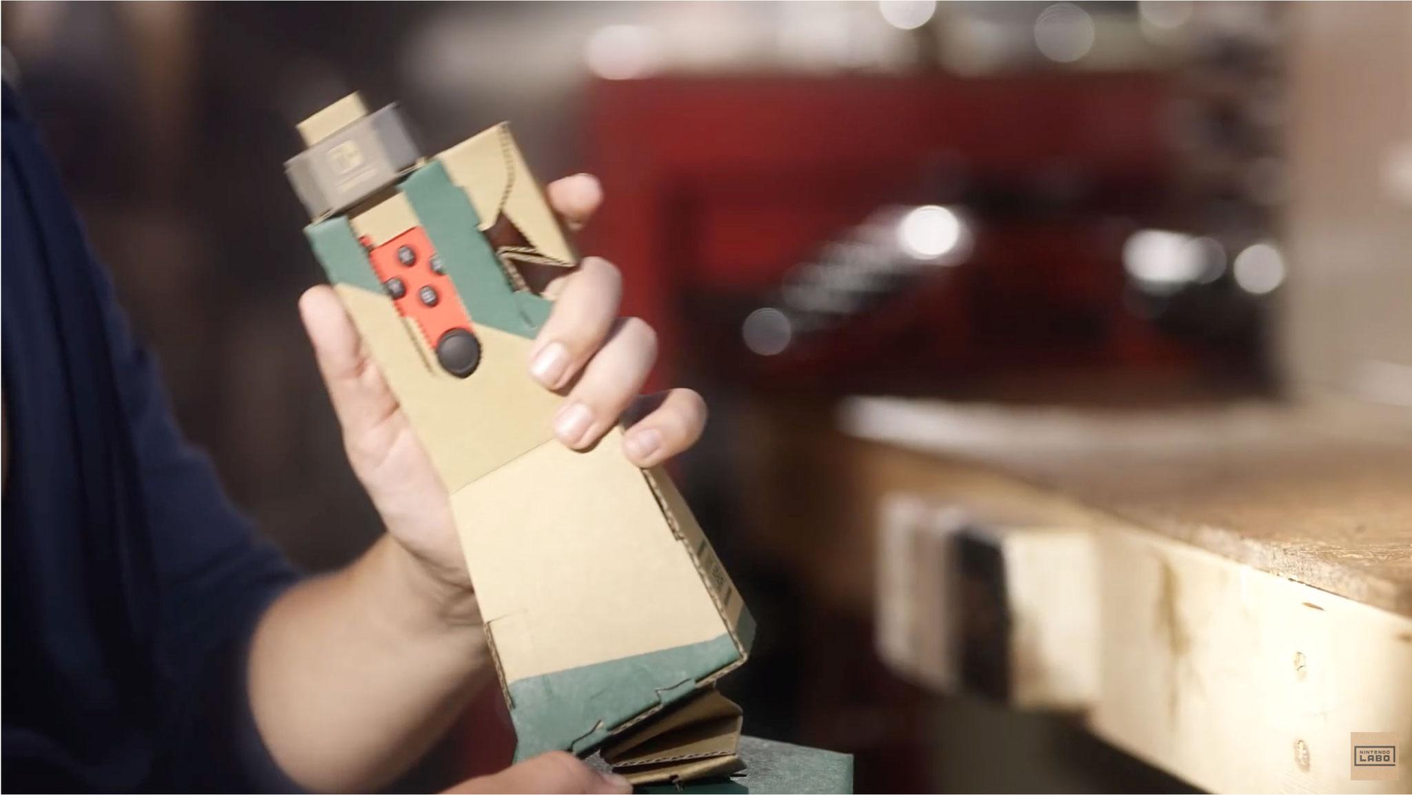"""Wie für die """"Labo""""-Sets typisch, werden die Switch-Joy-Cons in selbst gebastelte Papp-Controller - die """"Toy-Cons"""" - gesteckt. Auf diese Weise lassen sich die Vehikel im Spiel steuern."""