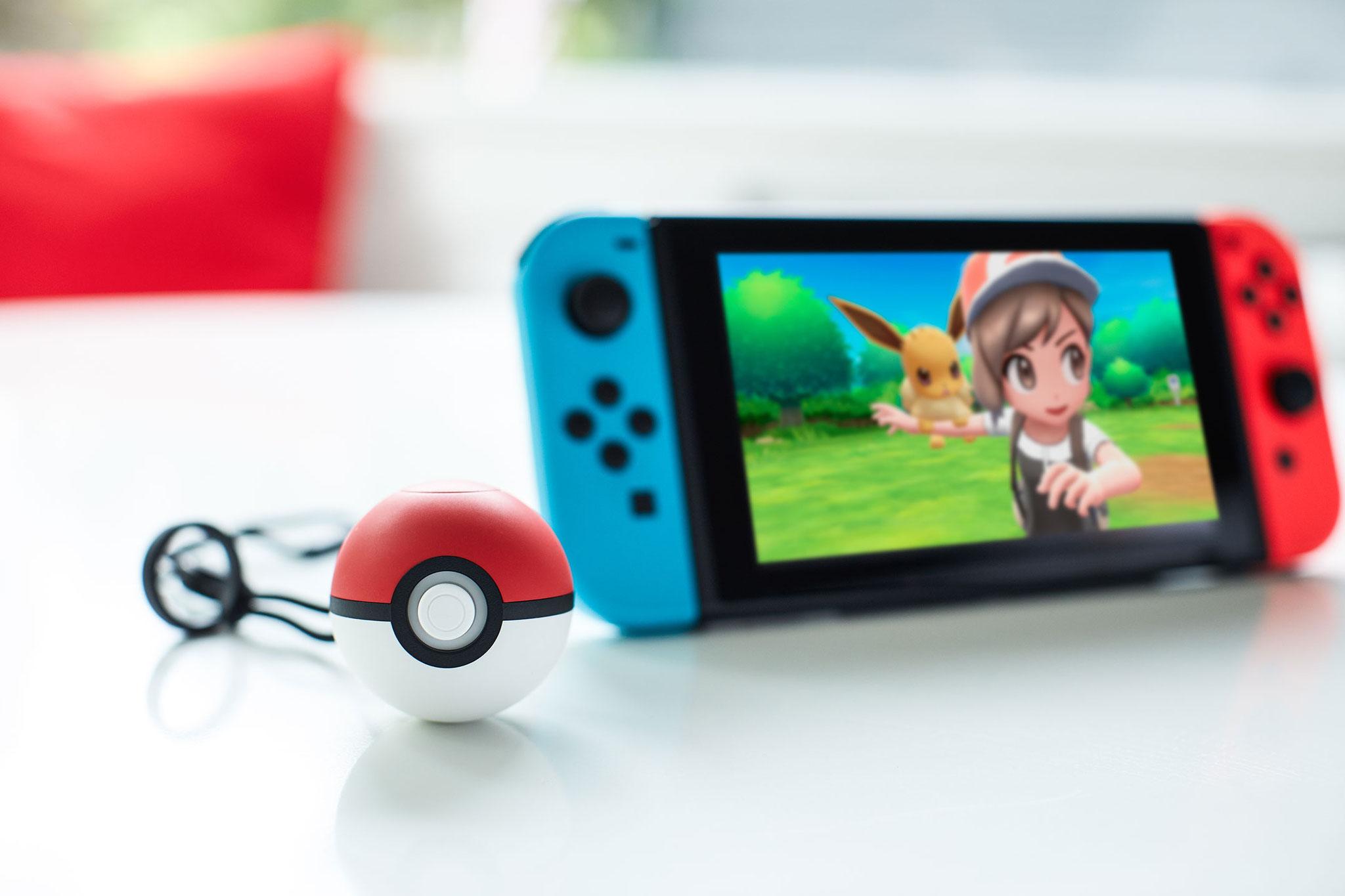 """Gehört zu den wenigen bestätigten Switch-Hits für 2018: """"Pokémon: Let's Go, Pikachu!"""" und """"Let's Go, Evoli!"""" nebst dazu passendem Pokéball."""
