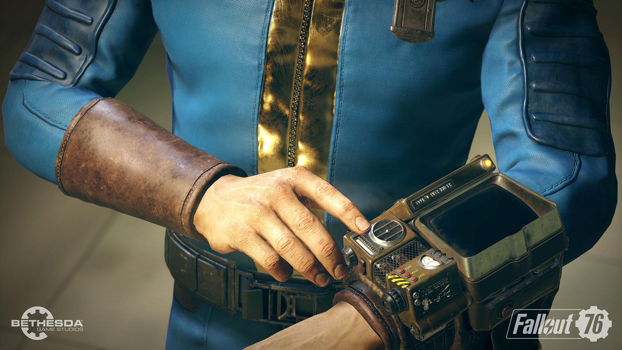 """... den auf dem Handgelenk von jedem Überlebenden steckenden """"Pip-Boy"""", mit dem Spieler ihr Inventar und ihre Status-Werte verwalten."""