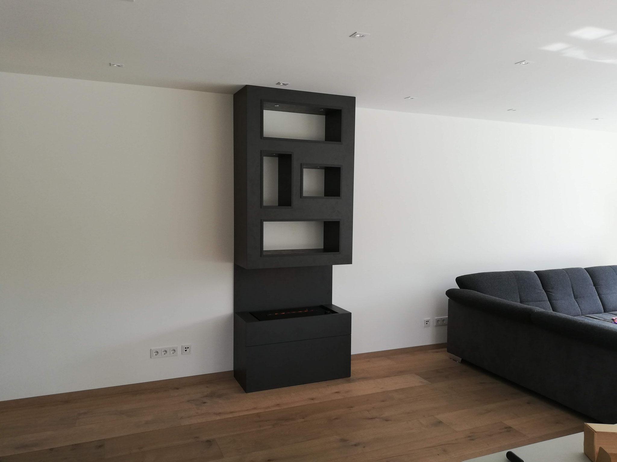 Das frisch montierte Möbel aus Dekorplatten mit Beleuchtung