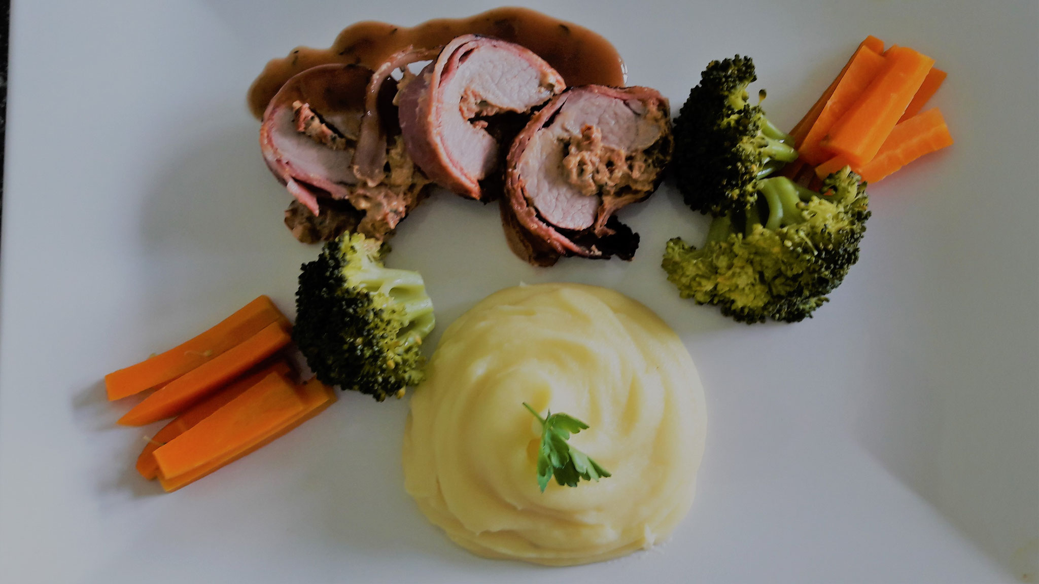 Schweinsfilet Surprise mit Kartoffelstock und Gemüse