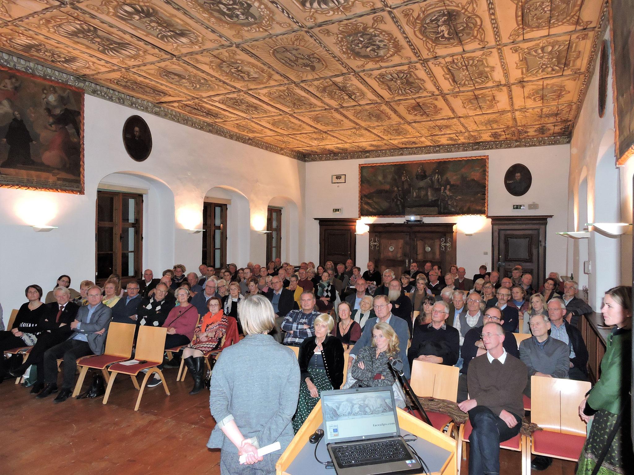 Das Publikum im vollbesetzten Saal nutzte anschließend die Gelegenheit, Fragen zu stellen ©B. Bichler