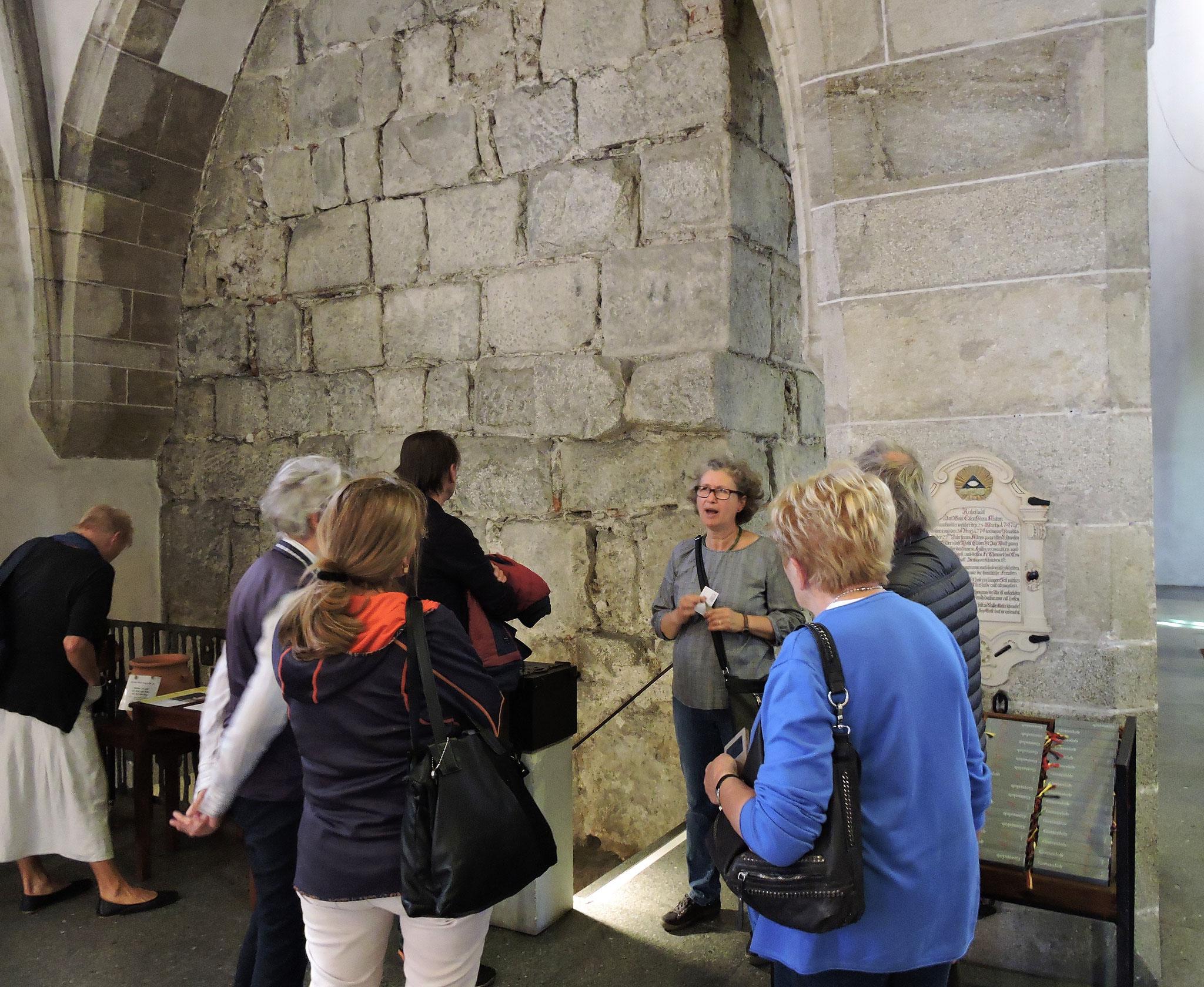 Quader des Römerkastells bilden die Basis des Kirchturms ©B. Bichler