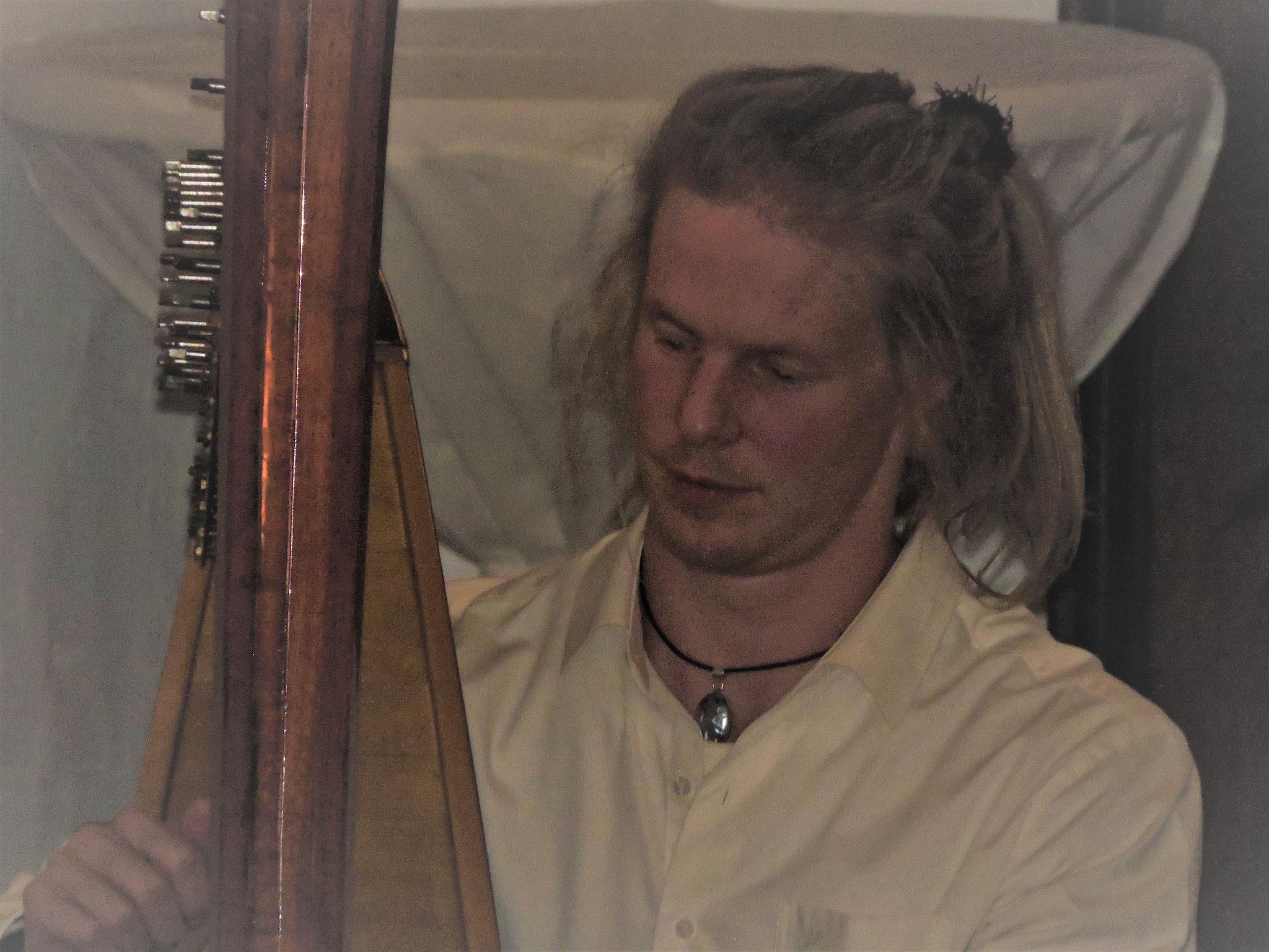 Jona Pesendorfer verzaubert mit seiner Harfenmusik die Gäste