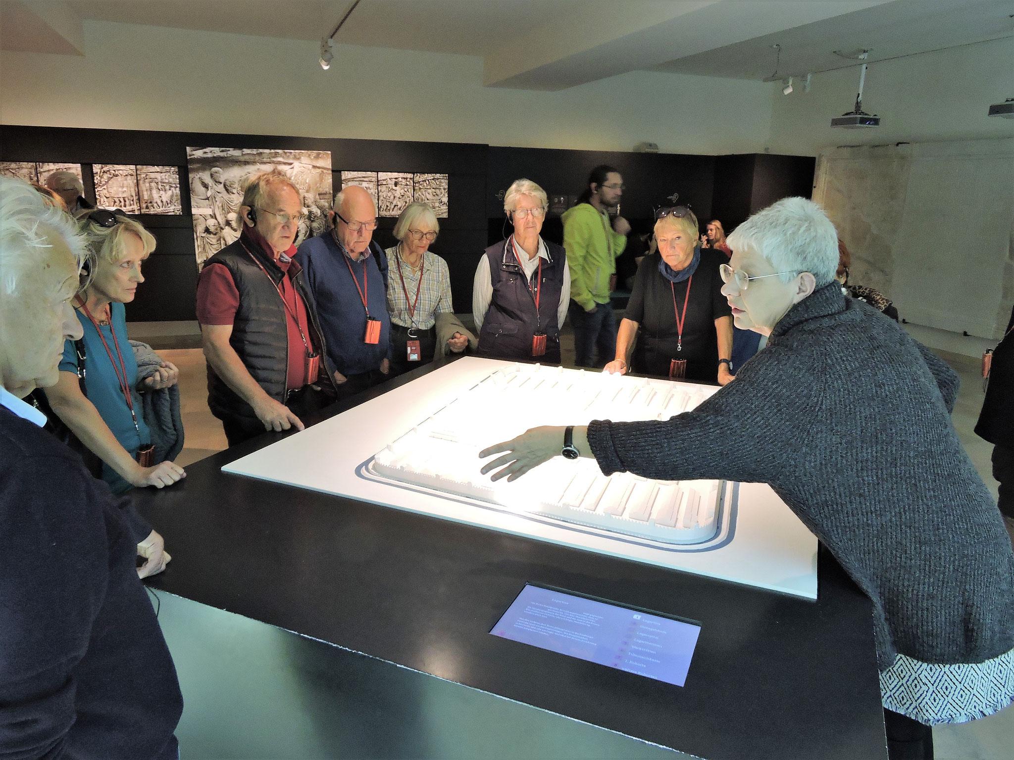 Unsere Führerin erklärt den Aufbau des Kastells ©B. Bichler