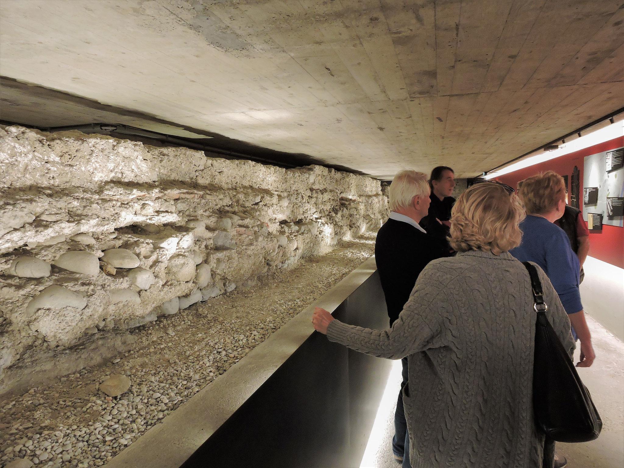 Unter dem Hauptschiff - die Mauer des römischen Palasts ©B. Bichler