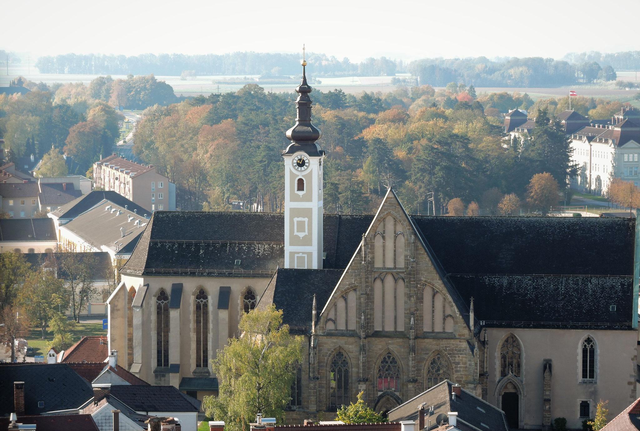 Die architektonisch interessante gotische Stadtpfarrkirche ©B. Bichler
