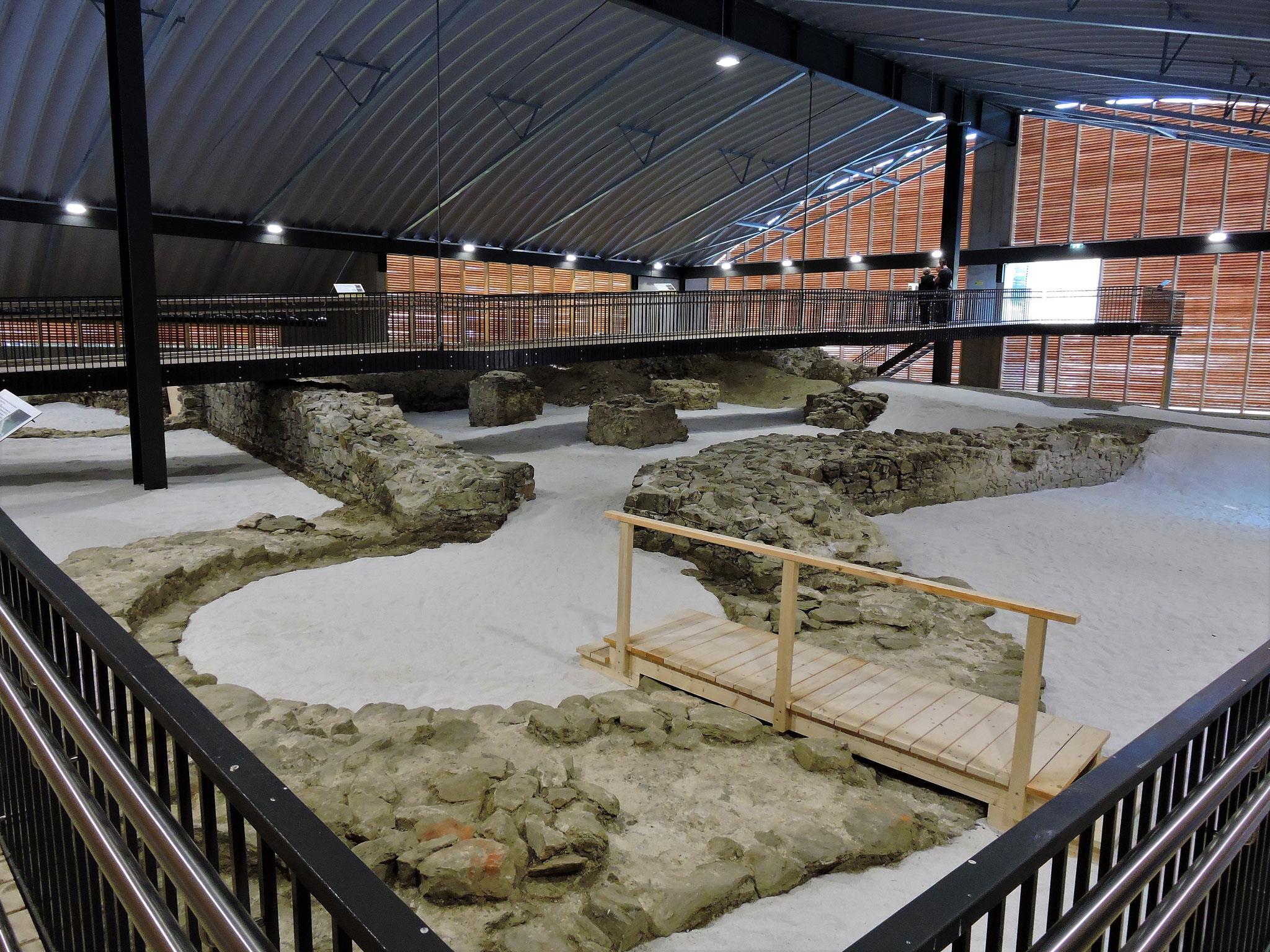 Über den erhaltenen Grundmauern der 4 Türme wurde eine imposante Halle erbaut ©B. Bichler