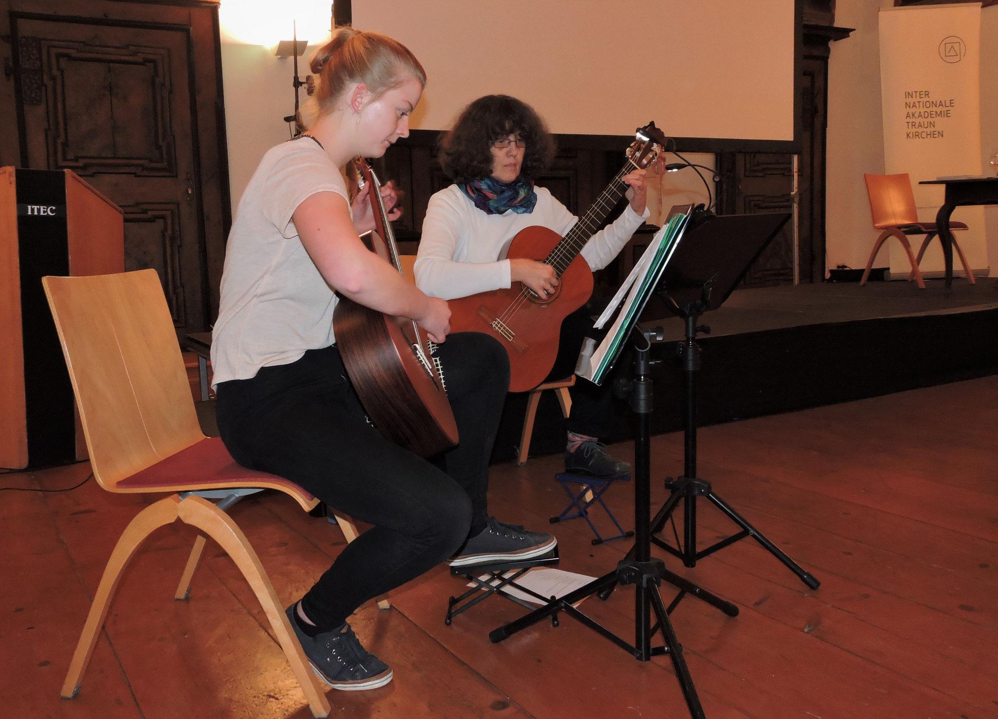 Für die Musikuntermalung sorgten Guggi Schrempf und Magdalena Bichler ©B. Bichler
