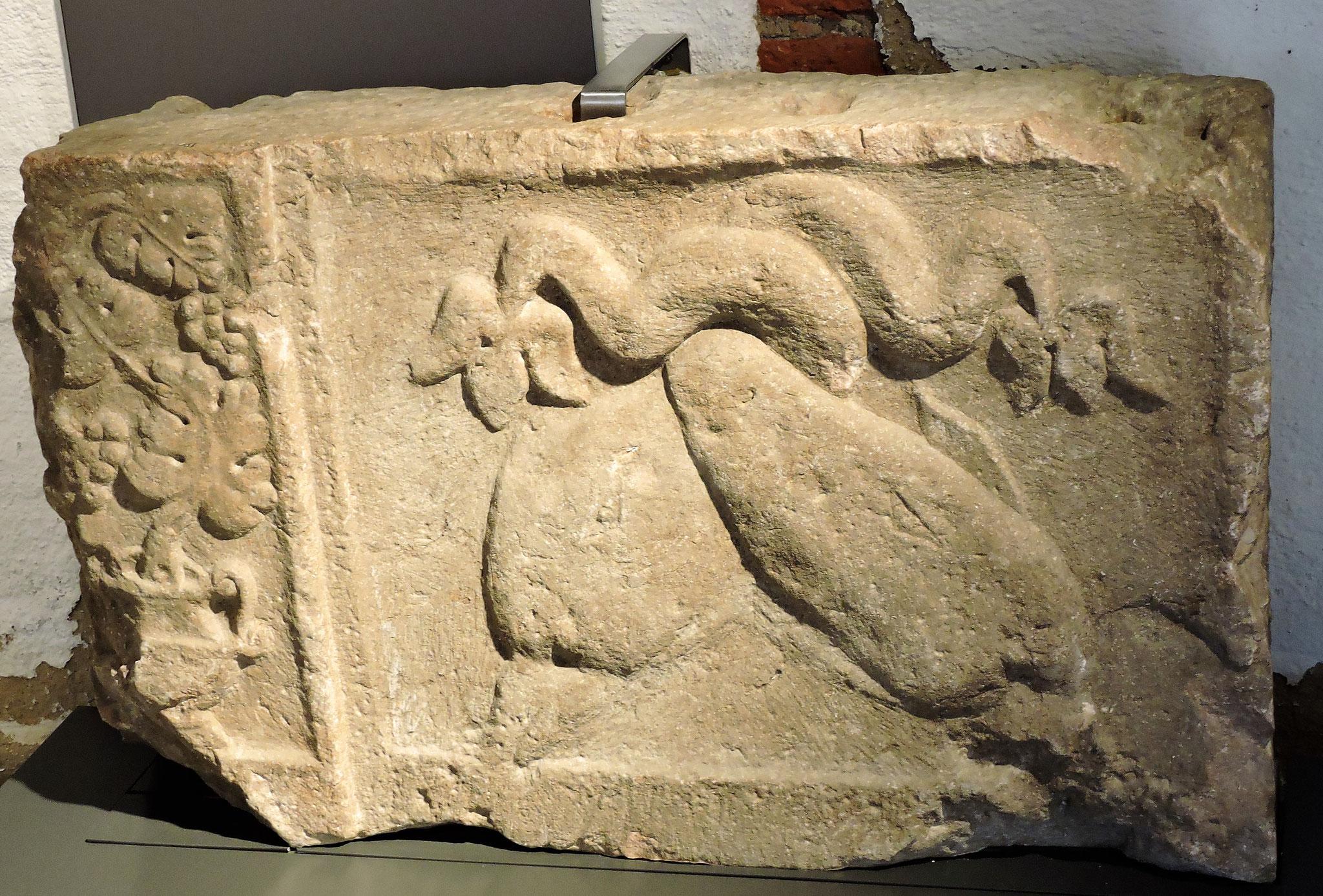 Grabmal mit Delphinen und Weinranken - Symbolen des Totenkults ©B. Bichler