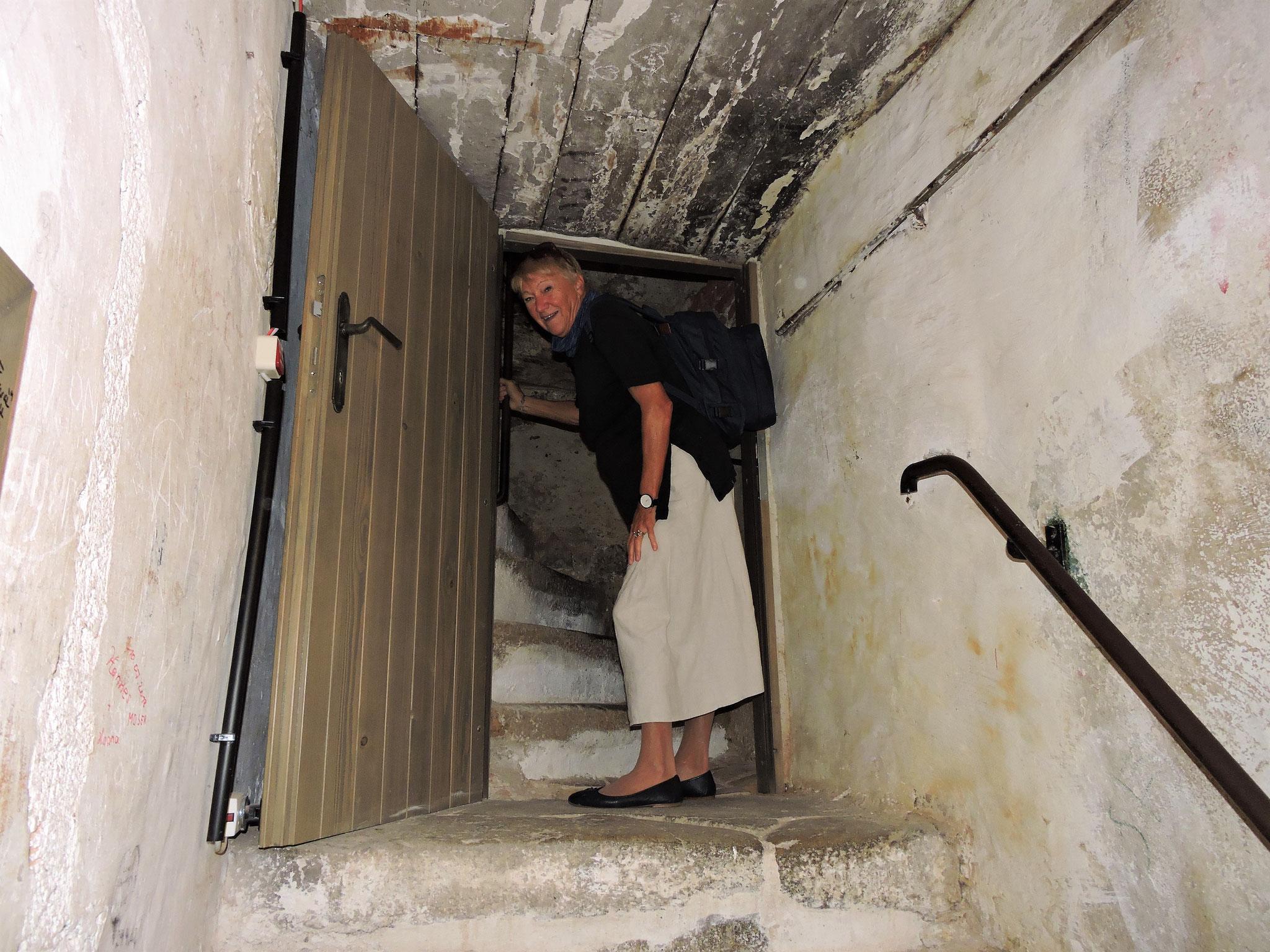Über steile Stiegen und durch enge Pforten erreichen wir... ©B. Bichler