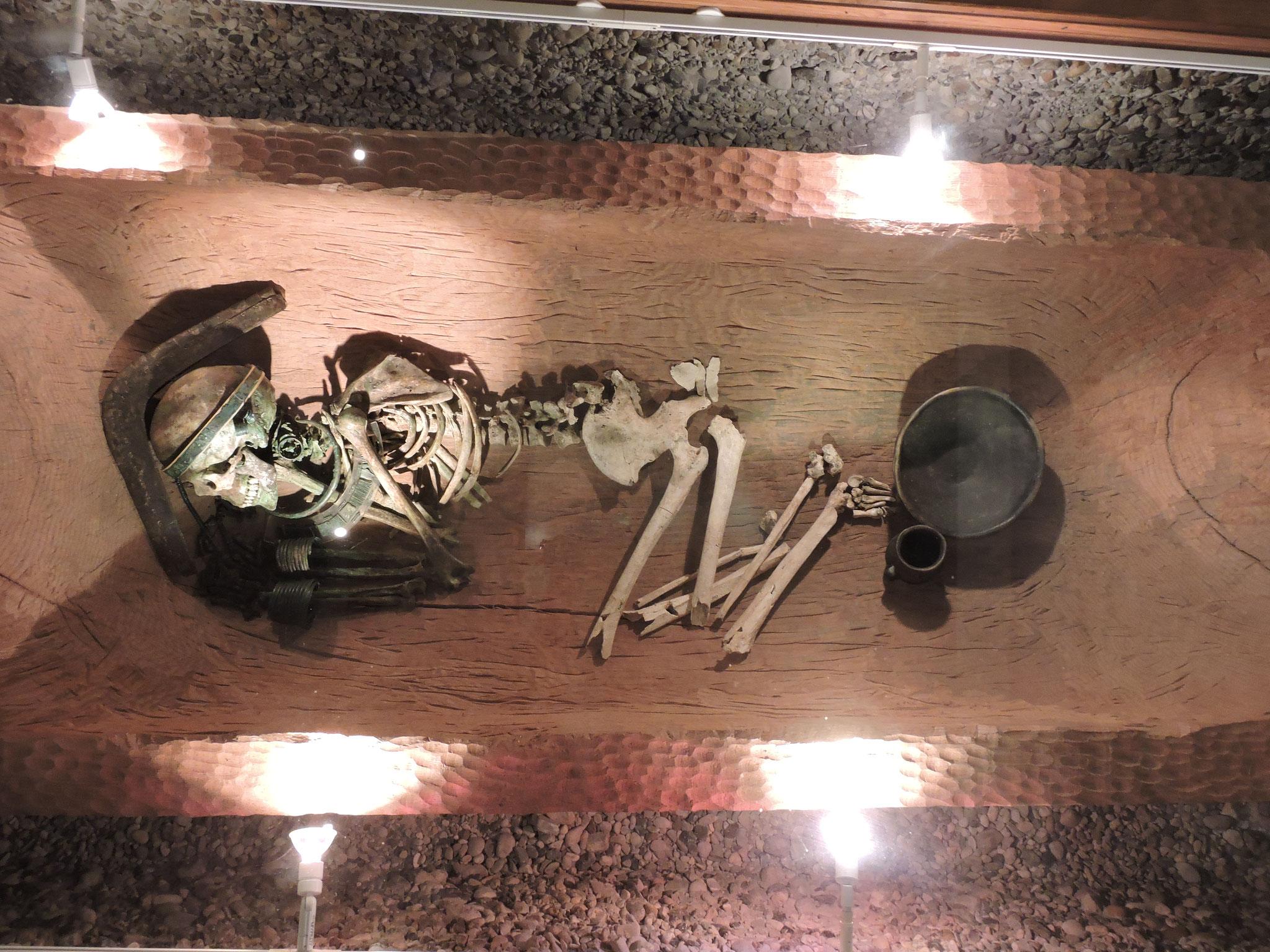 Reich ausgestattetes Frauengrab mit originellem Kopfschmuck ©B. Bichler
