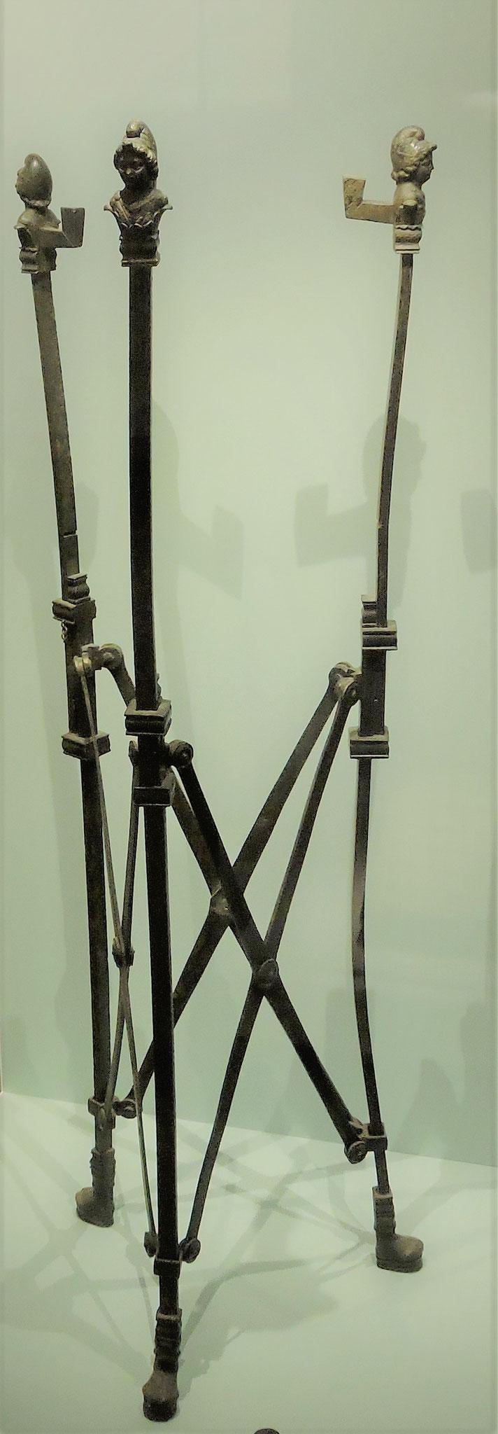 Ein höhenverstellbares klappbares Untergestell eines Tisches ©B. Bichler