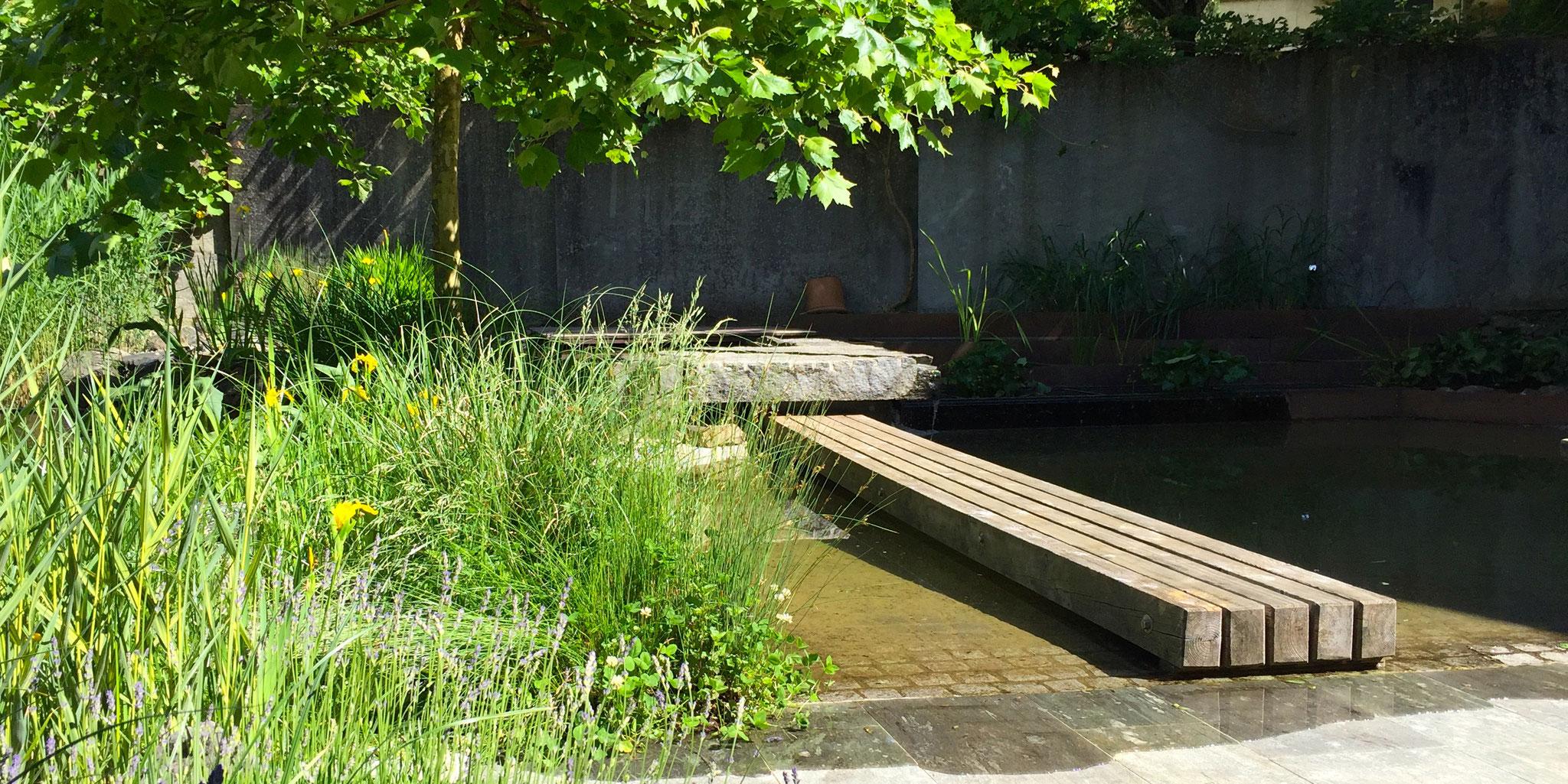 Wasserrinne mit Brücke in Zollikon