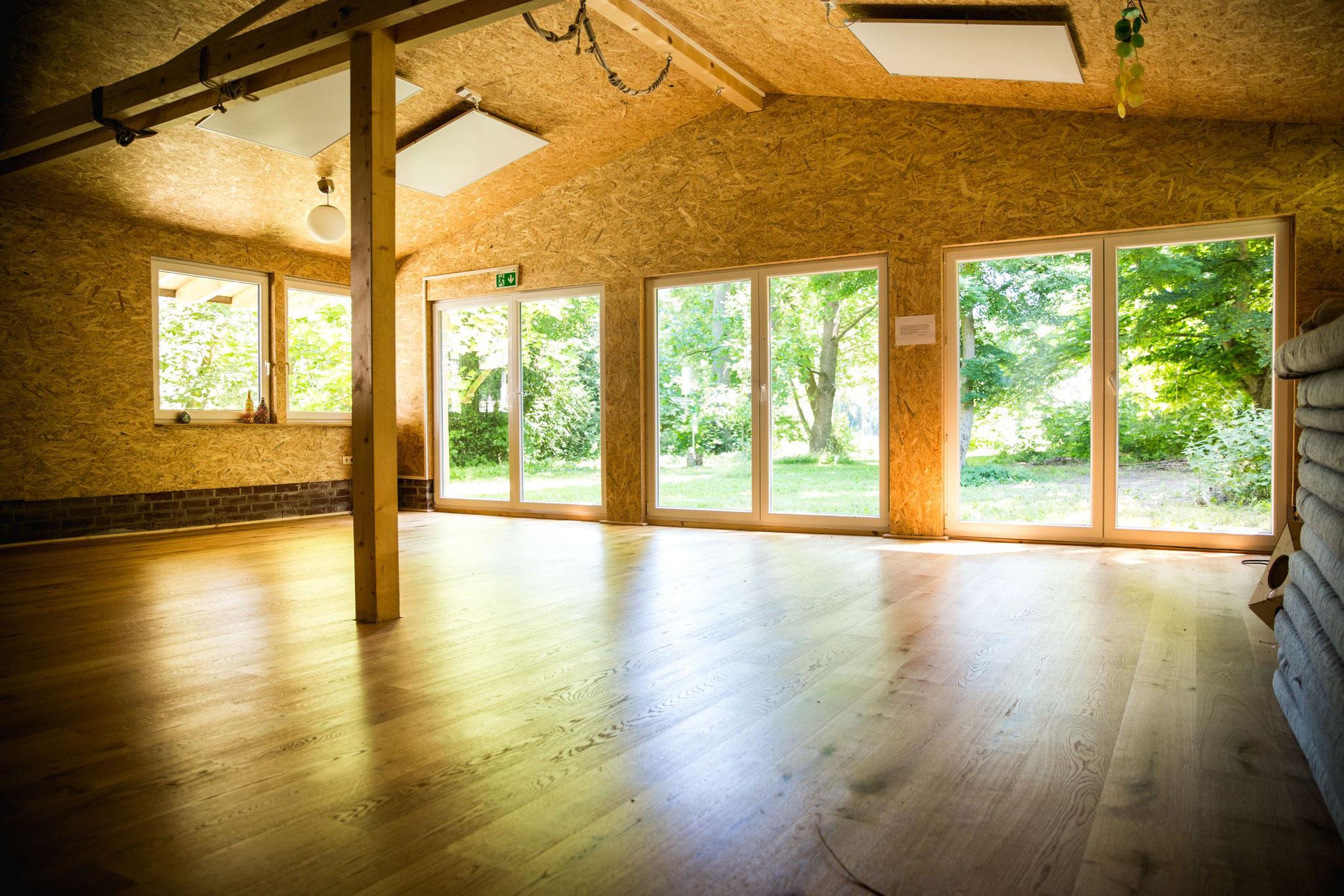 Yoga indoor mit Blick ins Grüne