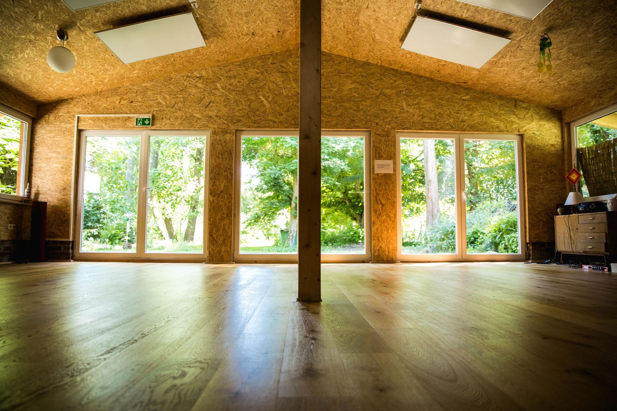 Yoga indoor mit viel Platz für uns
