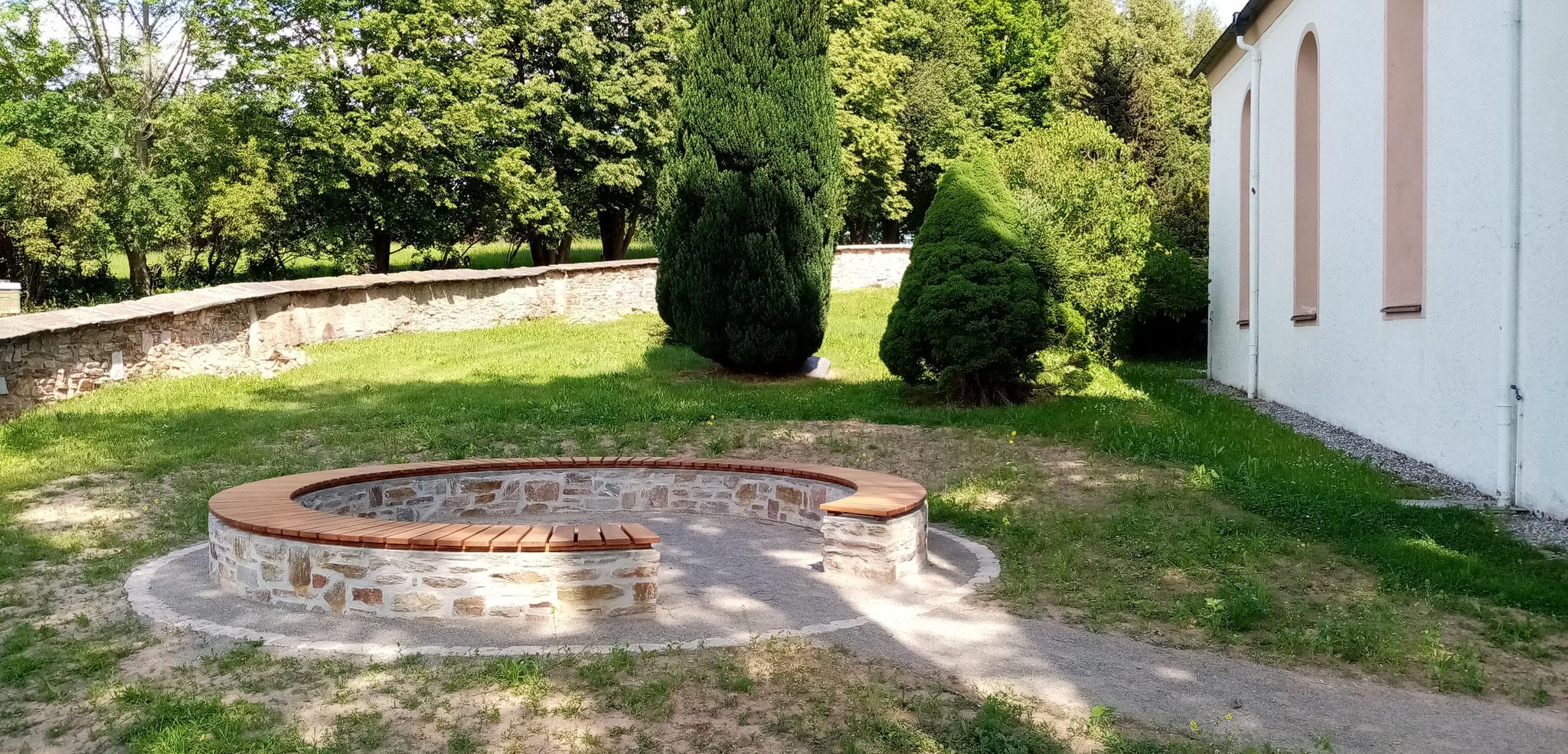 Frühjahr 2020 Fertiger Begegnungsplatz mit Holzsitzen