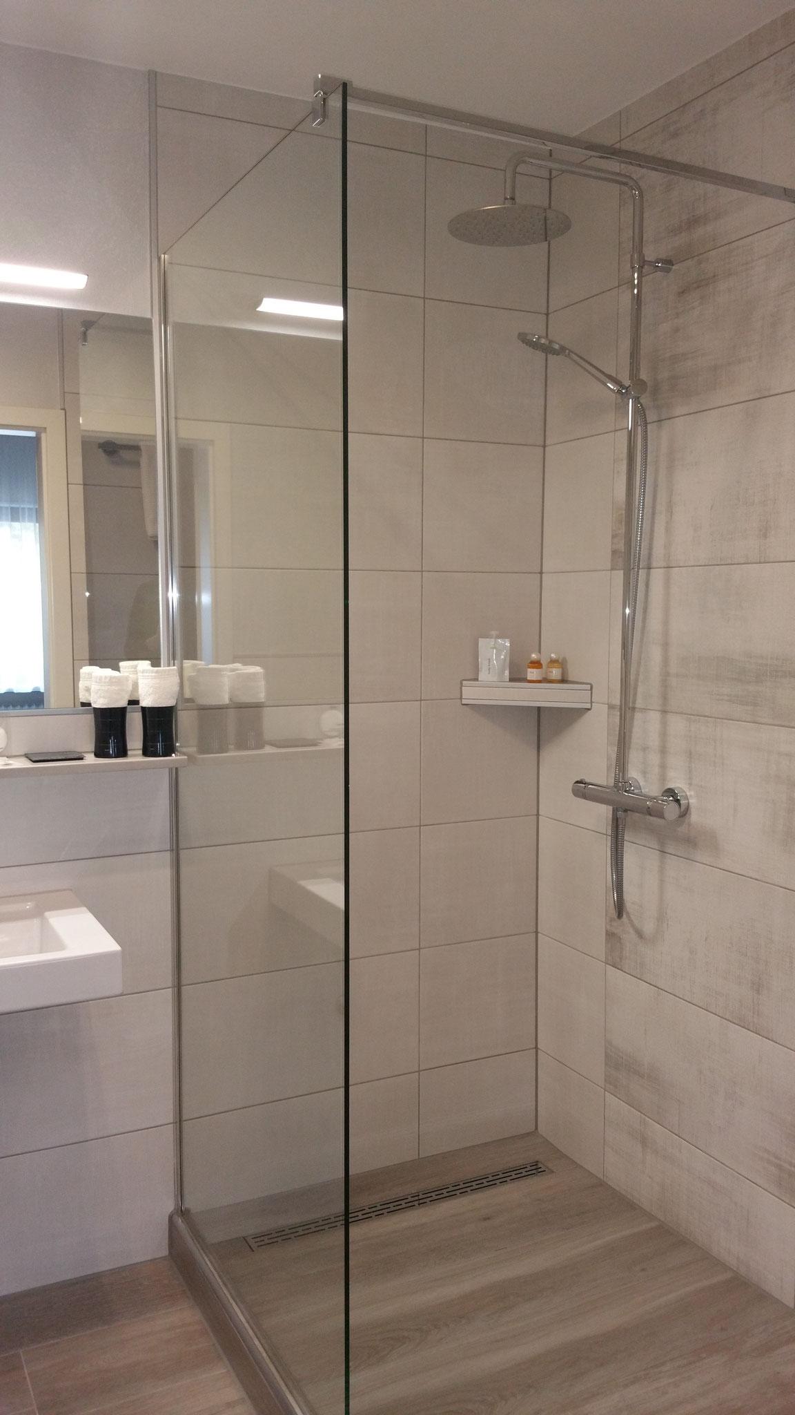 Bad Komfort Zimmer 2  mit Walk-in-Regendusche und Handbrause