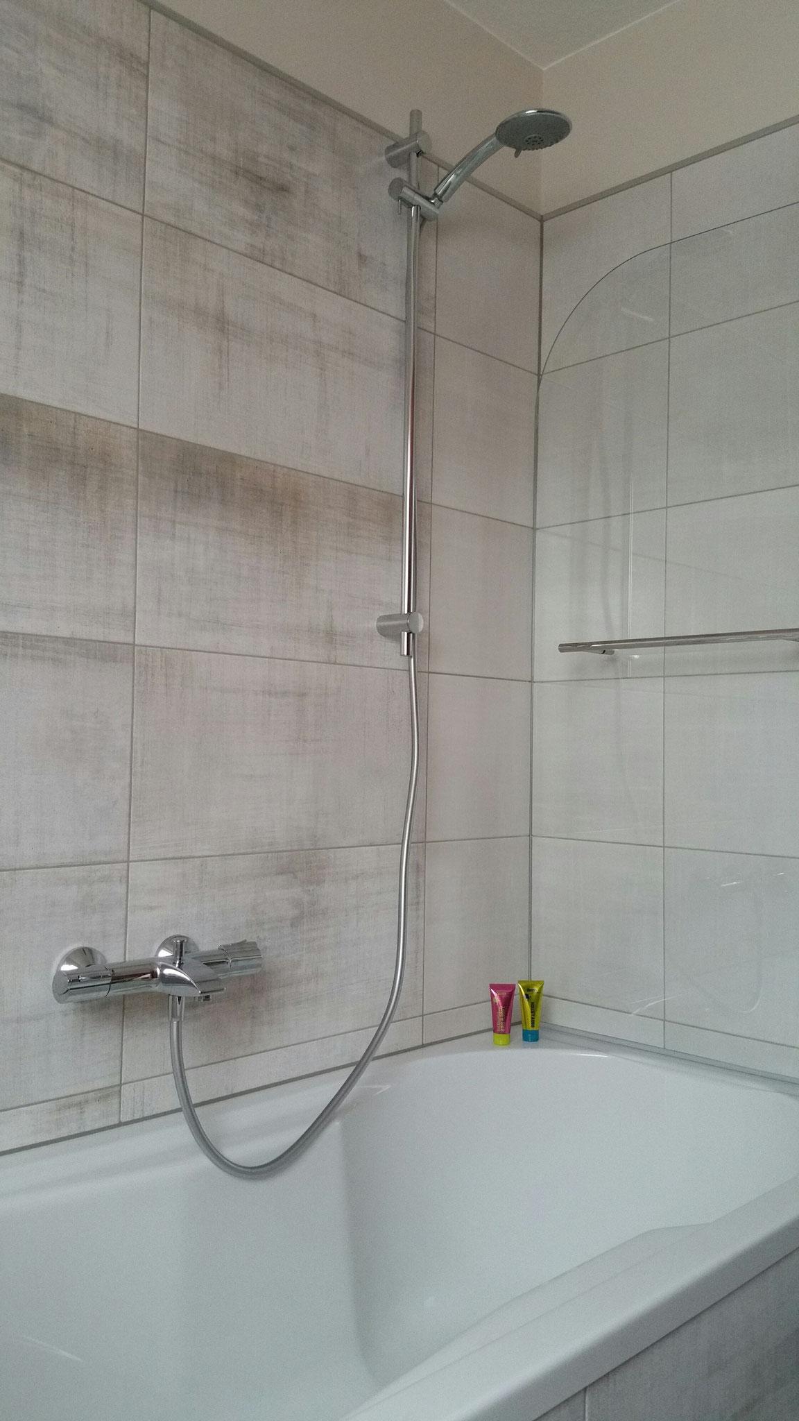 Bad Komfort Zimmer 7 -  Badewanne mit integriertem Duschbereich - praktisch für alle, die gerne beides genießen wollen!