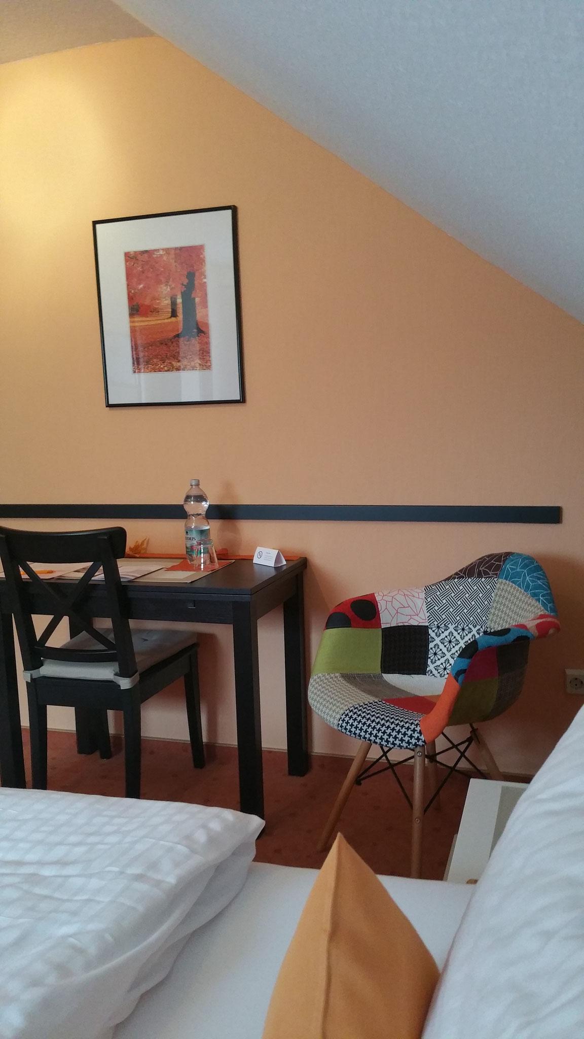 Standard Zimmer 3 - mit ausziehbarem Schreibtisch - ganz  nach Ihrem individuellen Bedarf!