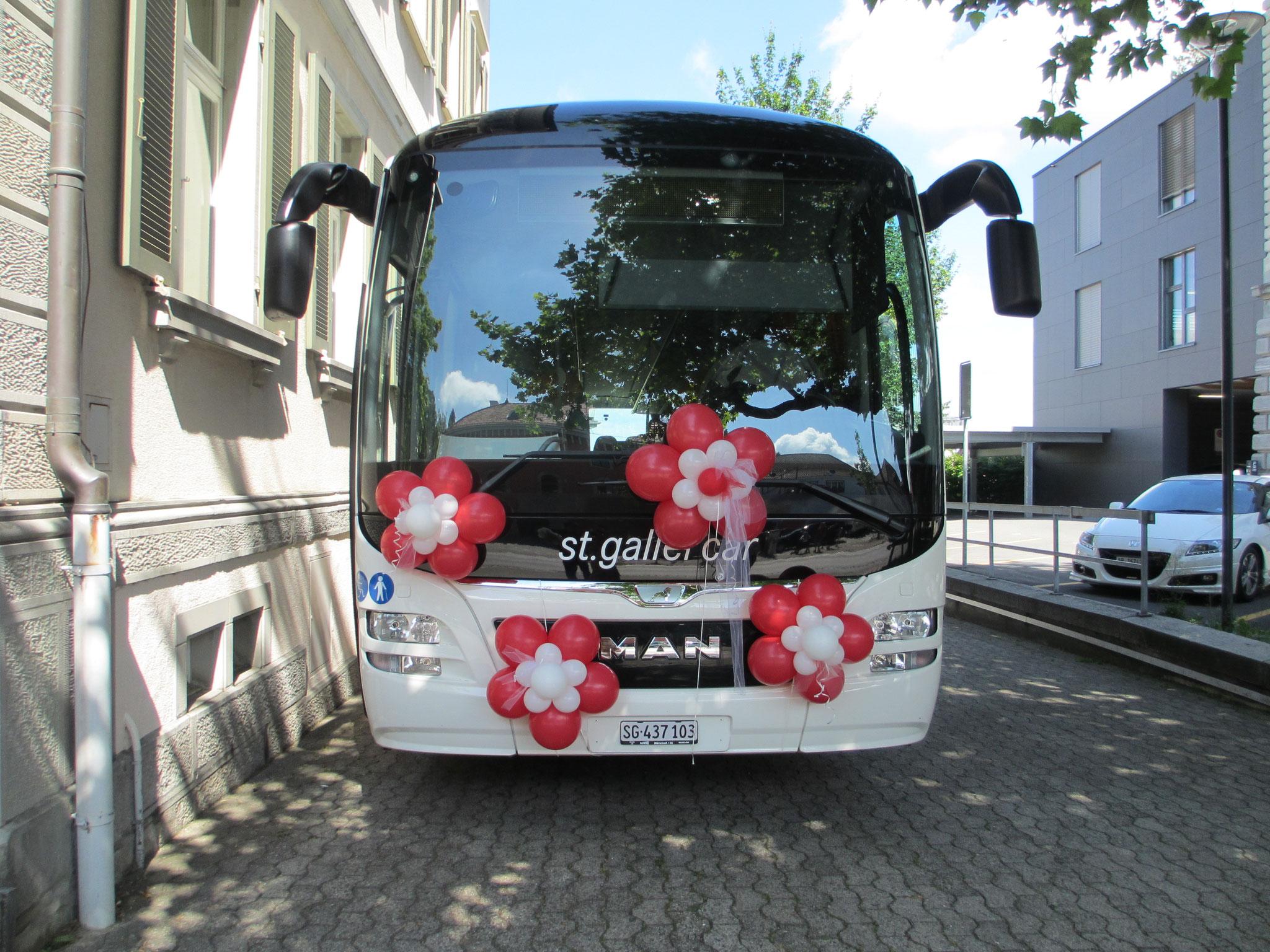 das Fahrzeug mit Ballons dekorieren