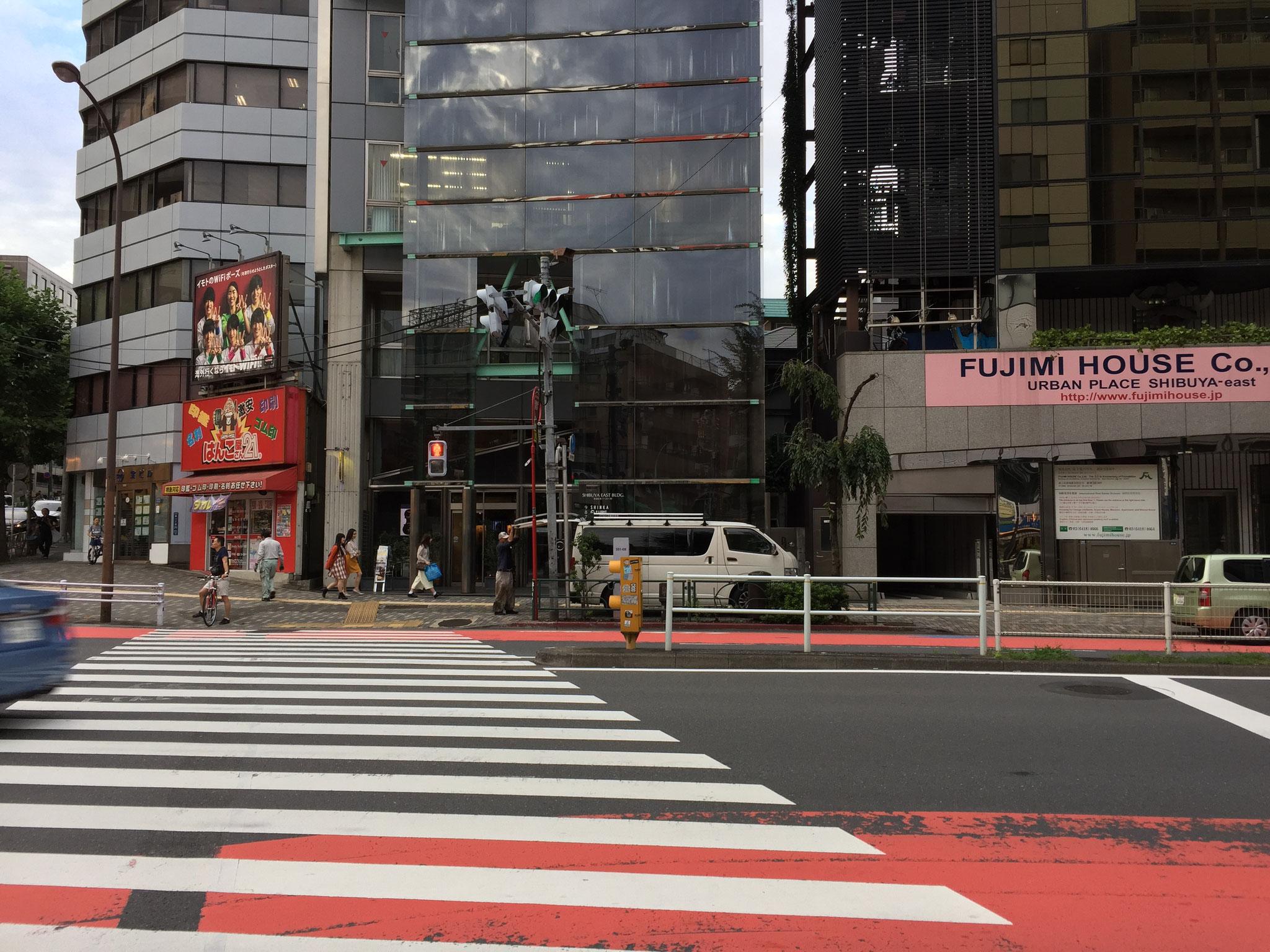 並木橋交差点を渡り引き続き明治通沿いを進みます ※タクシーは交差点を左折して坂を上り一つ目の信号を右折します(店の前が一通のため)