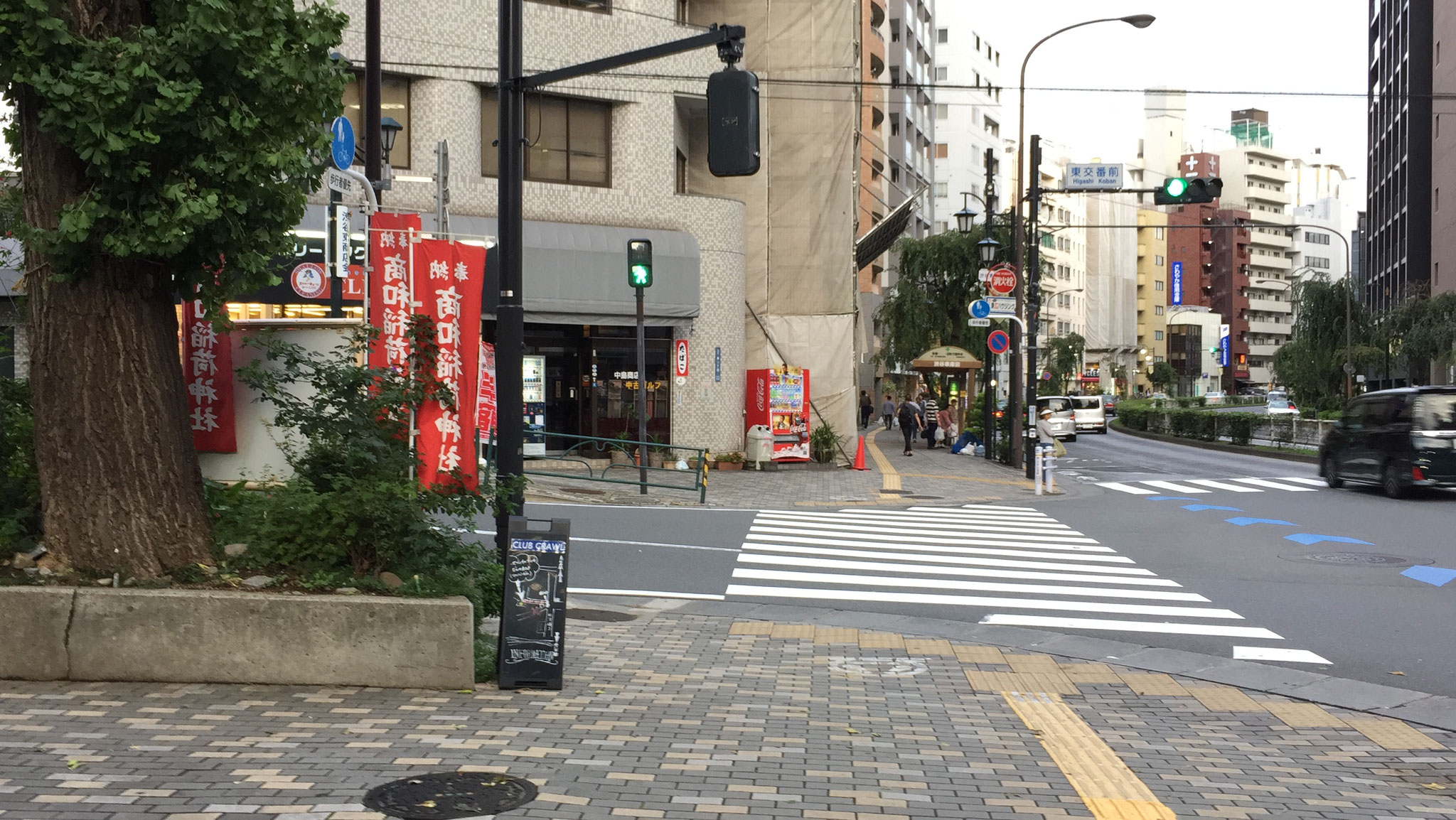その先の交差点は渡らず左前方に赤い鳥居が見えますので