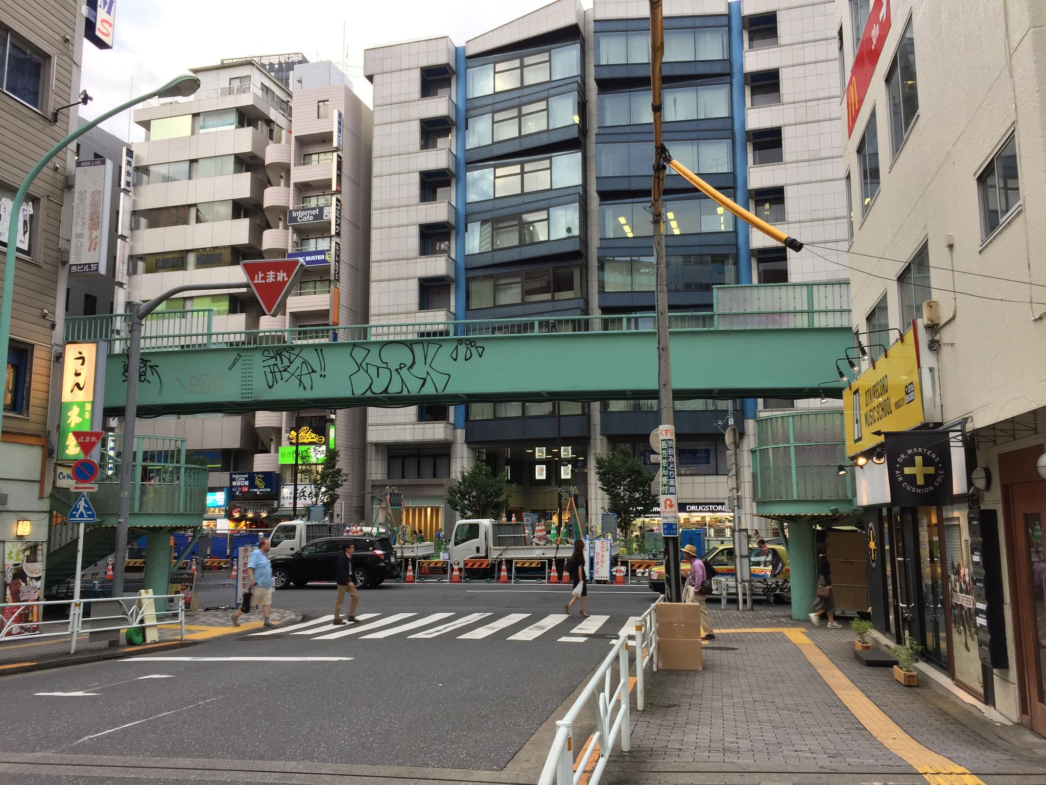 渋谷駅新南口を出たら目の前が明治通りです