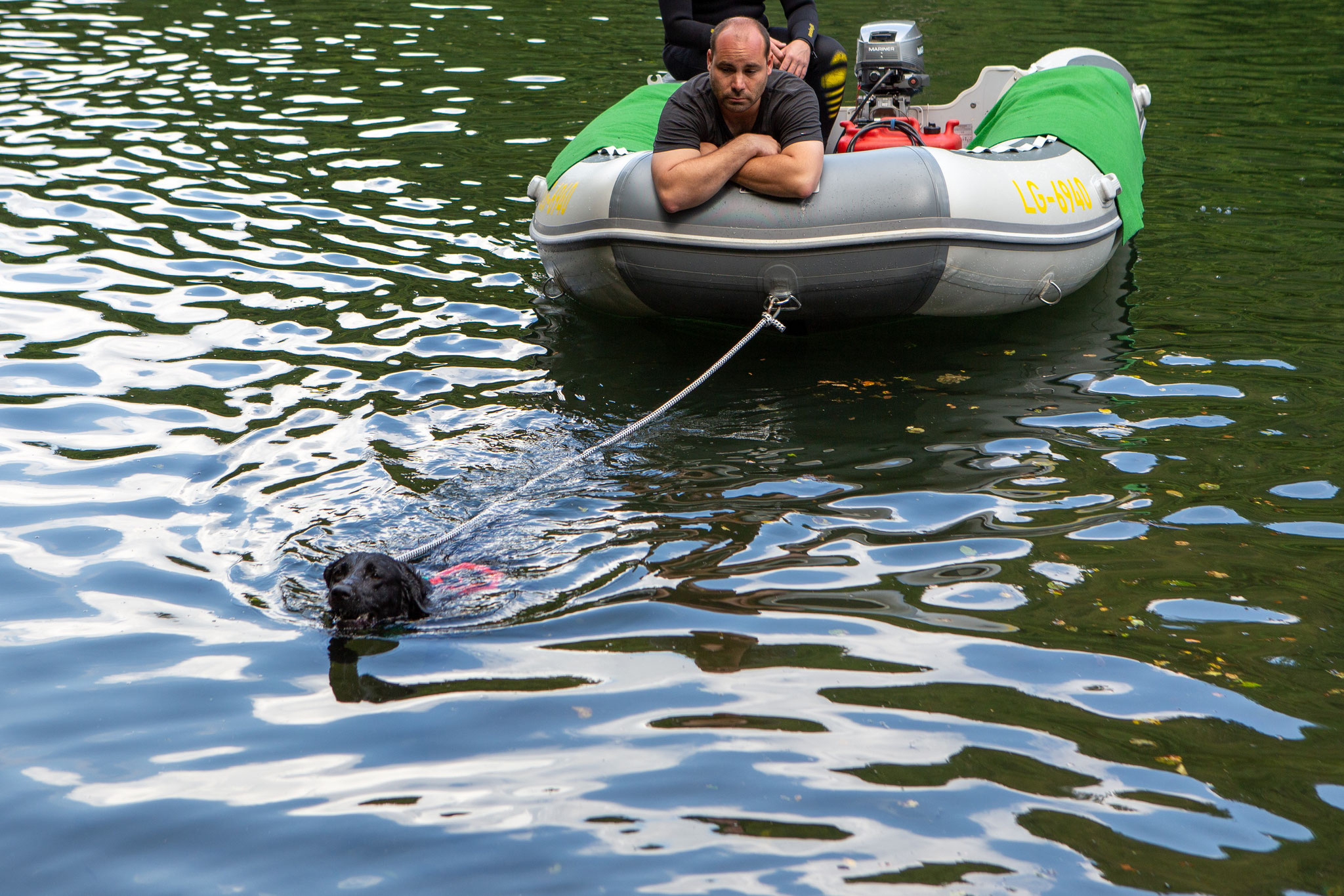 Mimi zieht das Boot mit 2 Männer!!!
