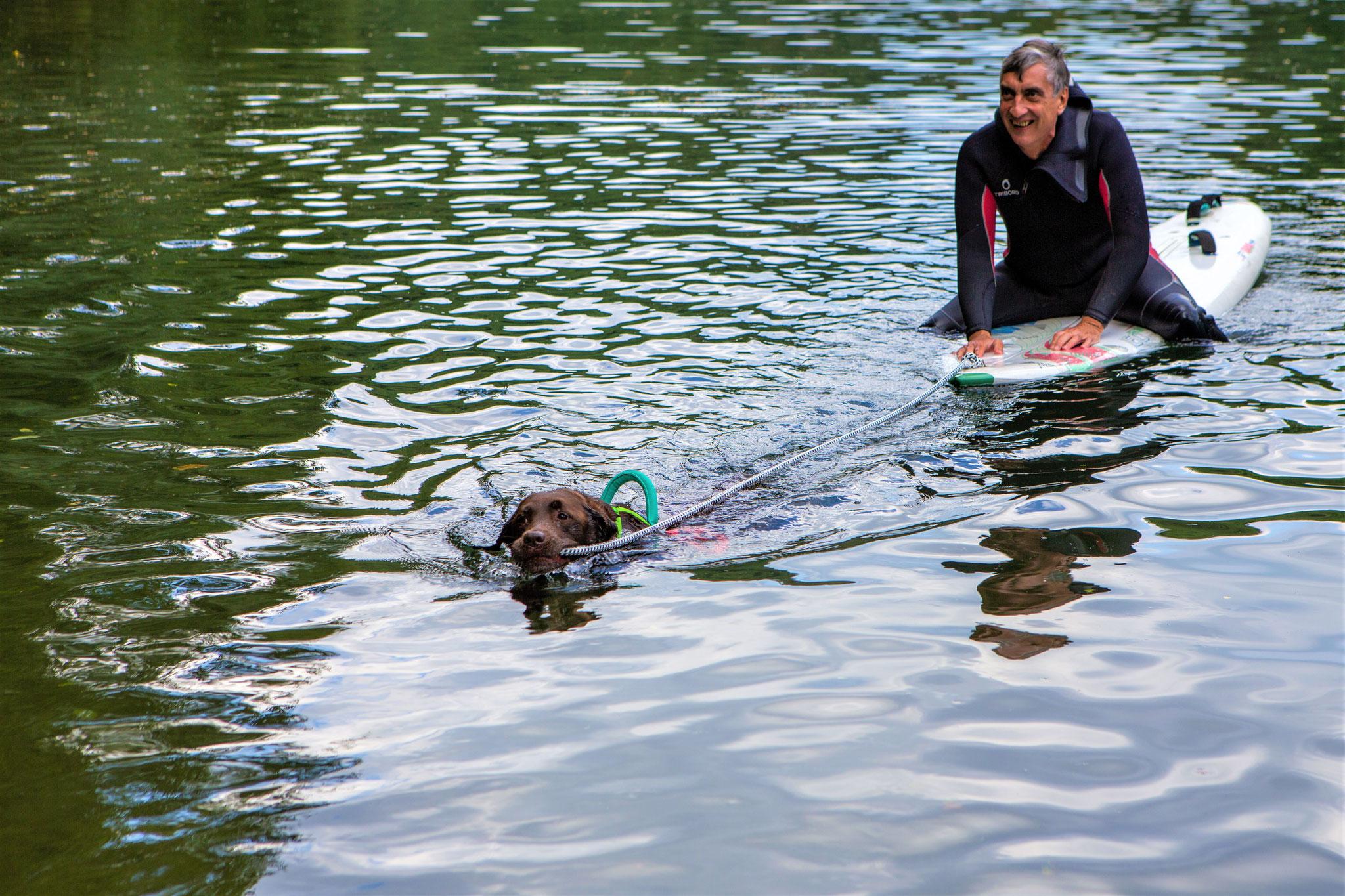 Ketty zieht das Surfbrett mit Yves.