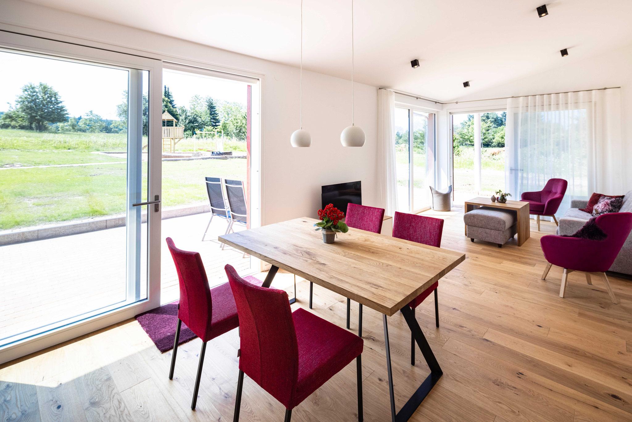 Esstisch mit Blick in den Wohnbereich