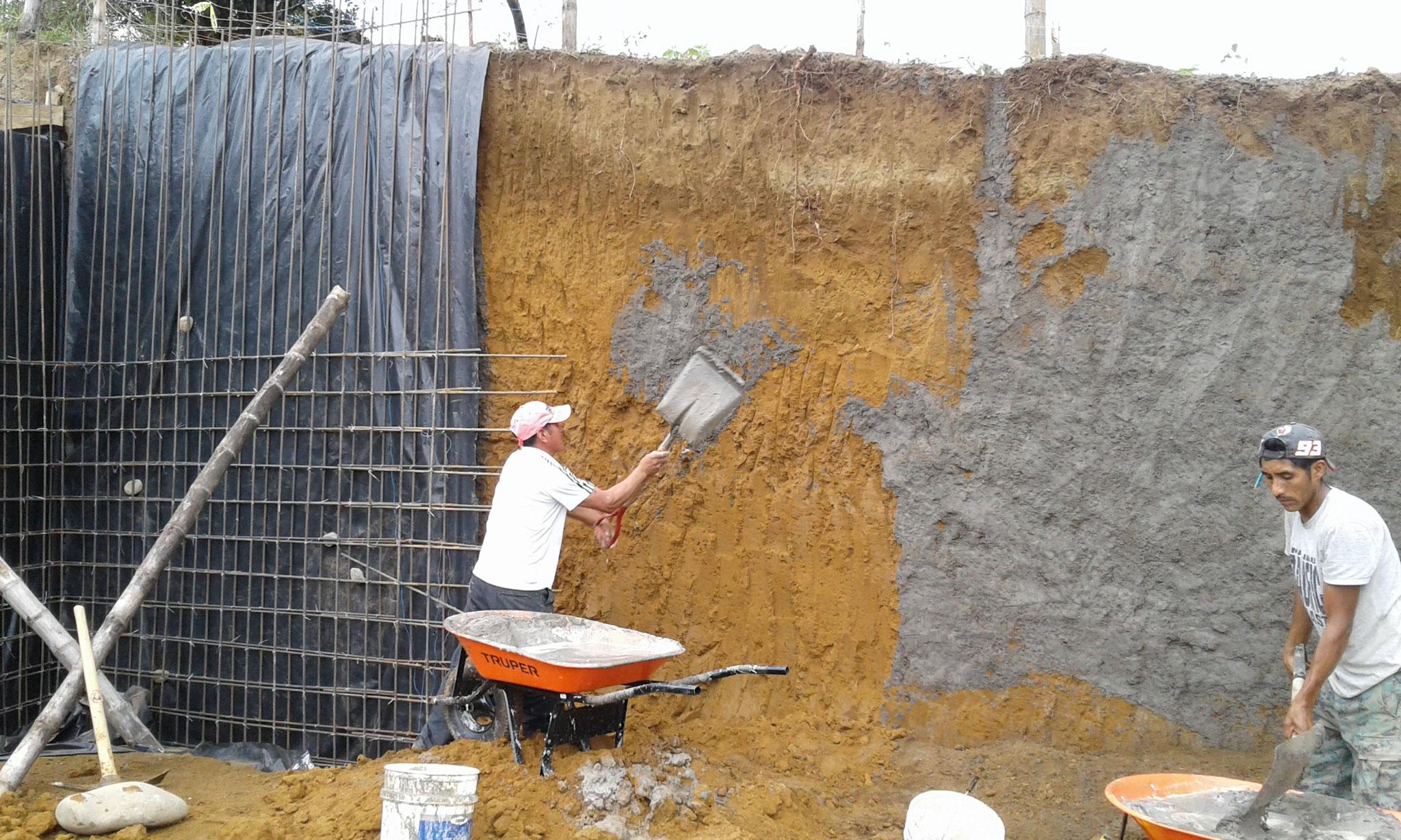 die lockere Erde wird mit Beton befestigt