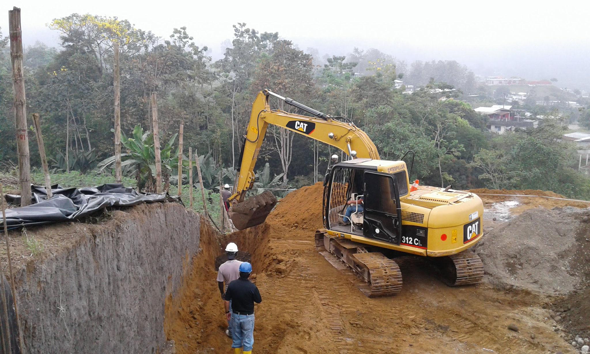 der Bagger hilft bei den Ausgrabungen