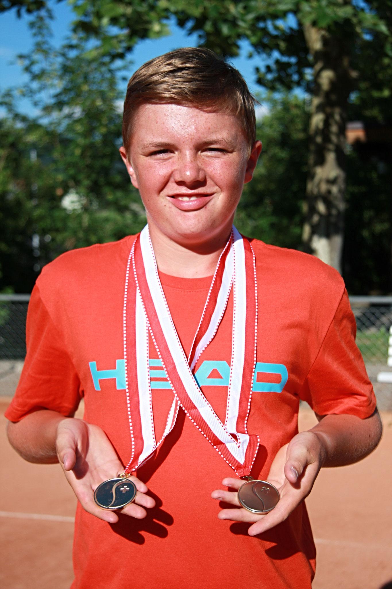 Dominic mit seinen beiden Medaillen