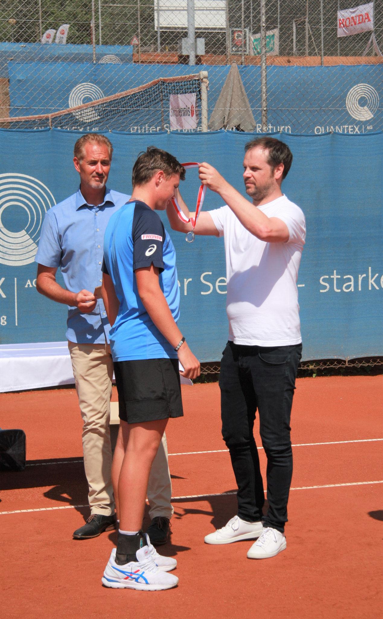Medaille wurde von Seve Lüthi überreicht und Luc Estermann